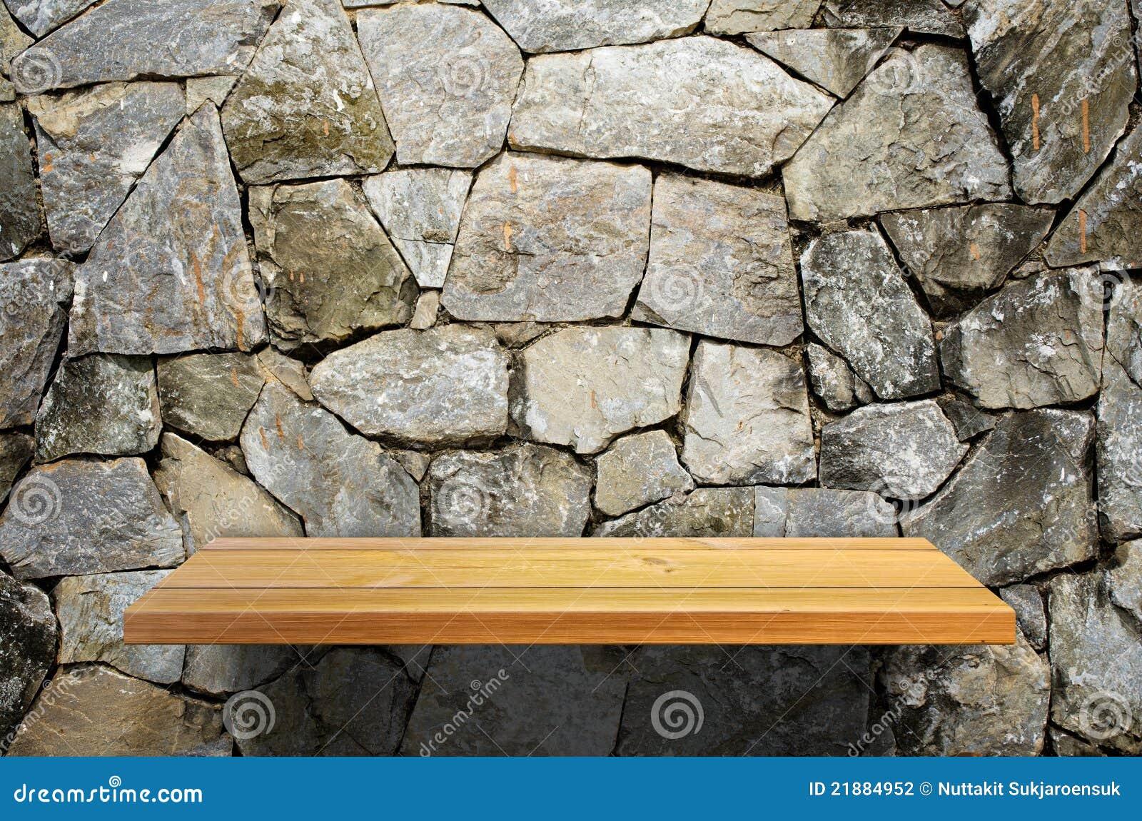Mensola di legno sulla parete di pietra fotografia stock - Parete in pietra ...