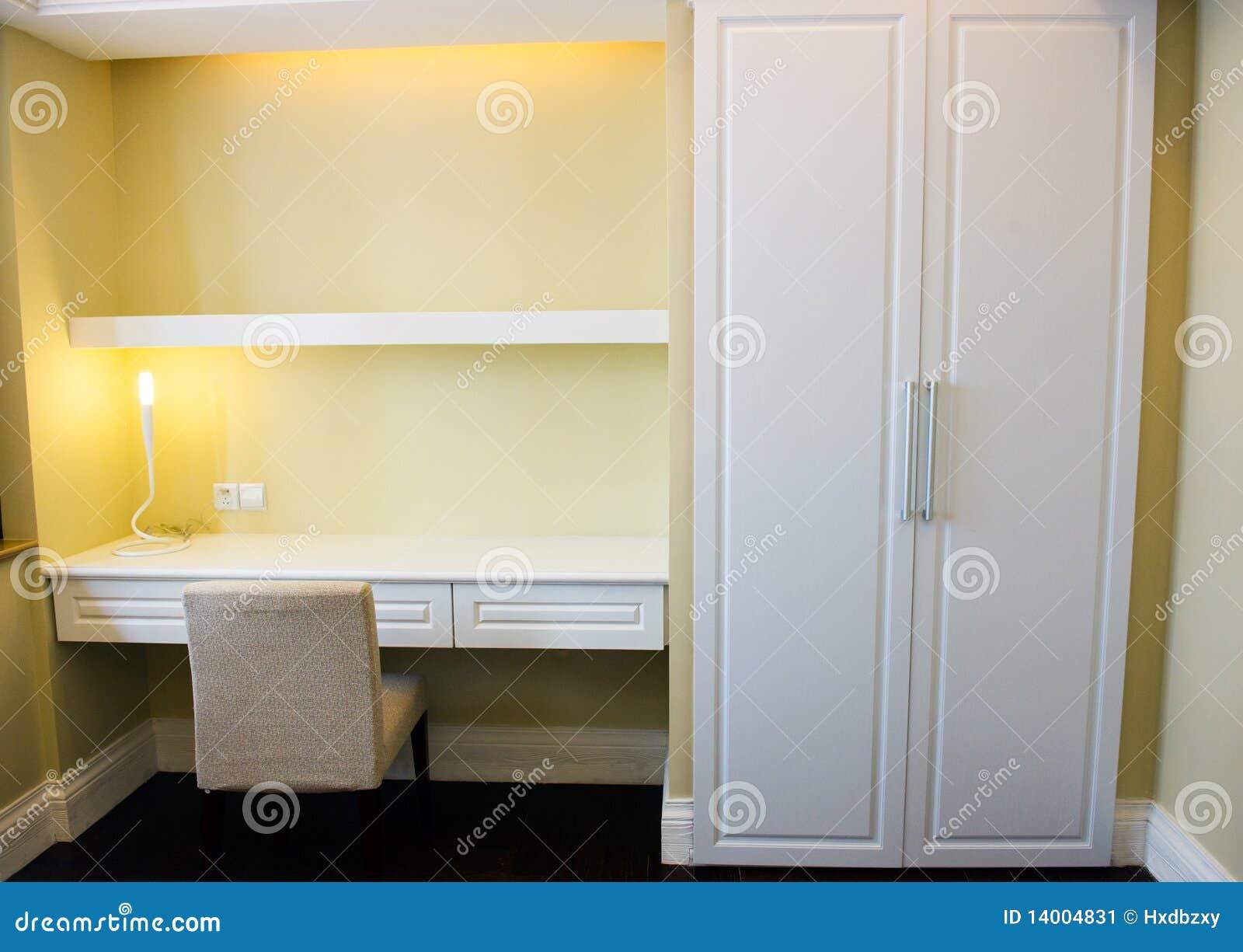 Mensole Per Camera Da Letto : Mensola e tabella in camera da letto immagine stock immagine di