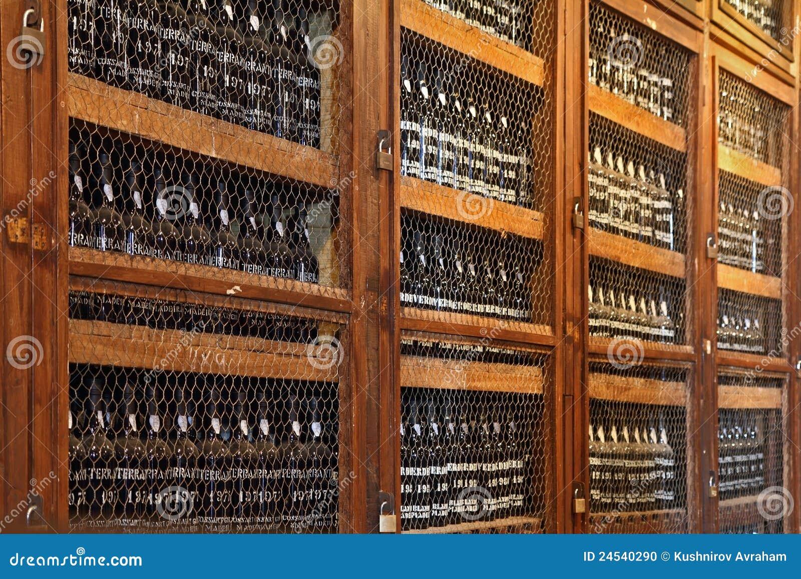 Mensole di legno con le bottiglie di vino immagine for Scaffali per vino ikea
