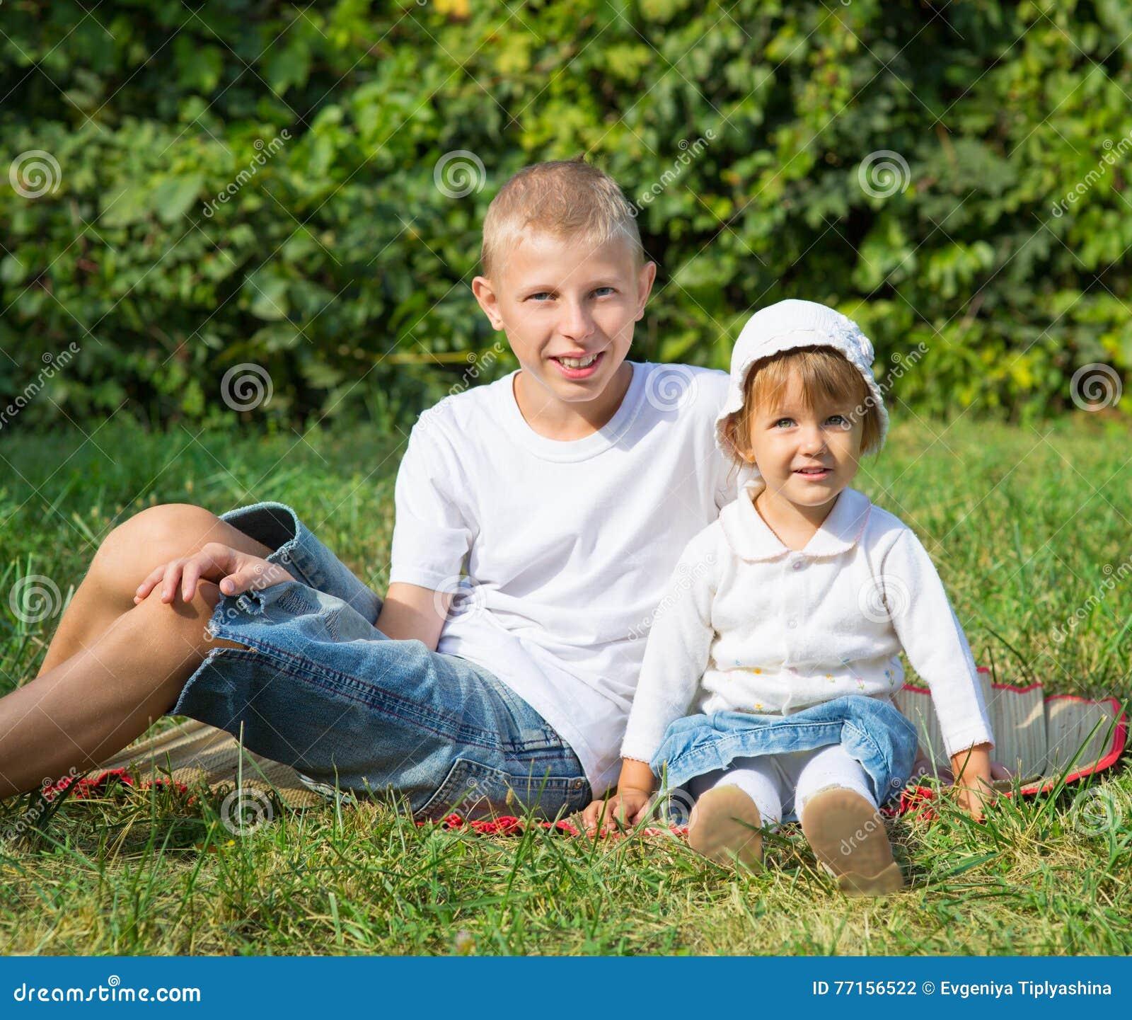 Mensonge d enfants sur l herbe