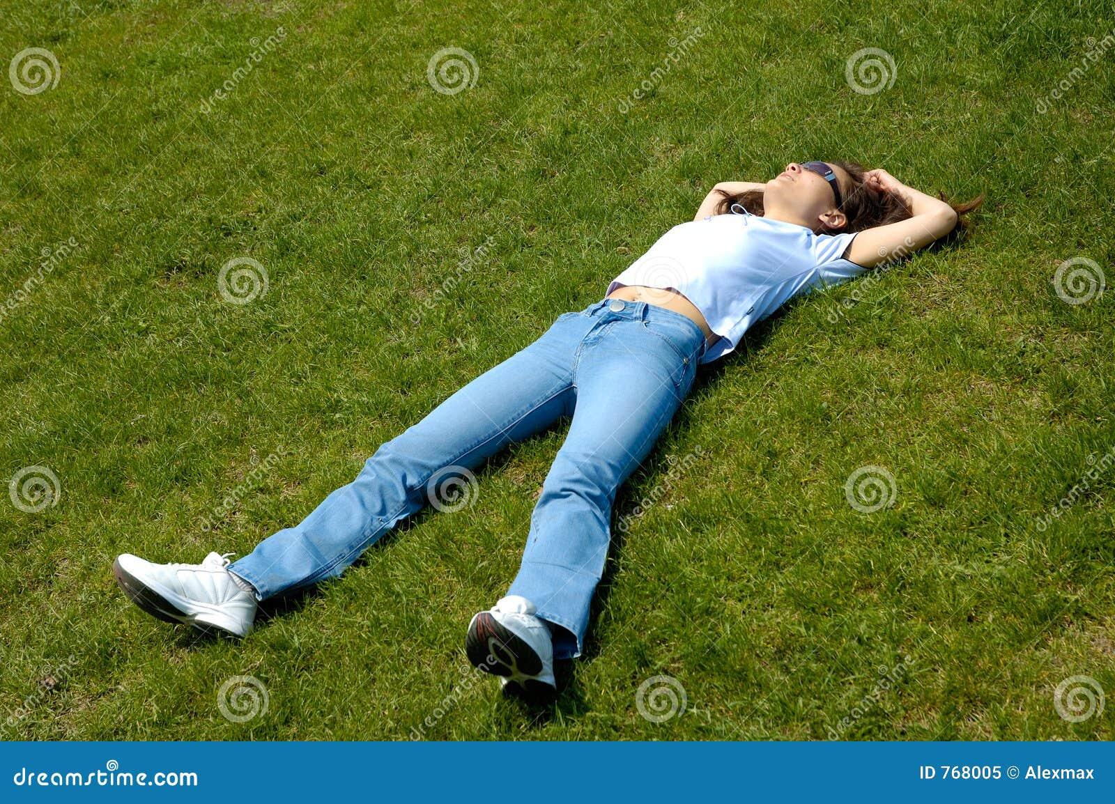 Mensonge de fille en nature d été d herbe détendue