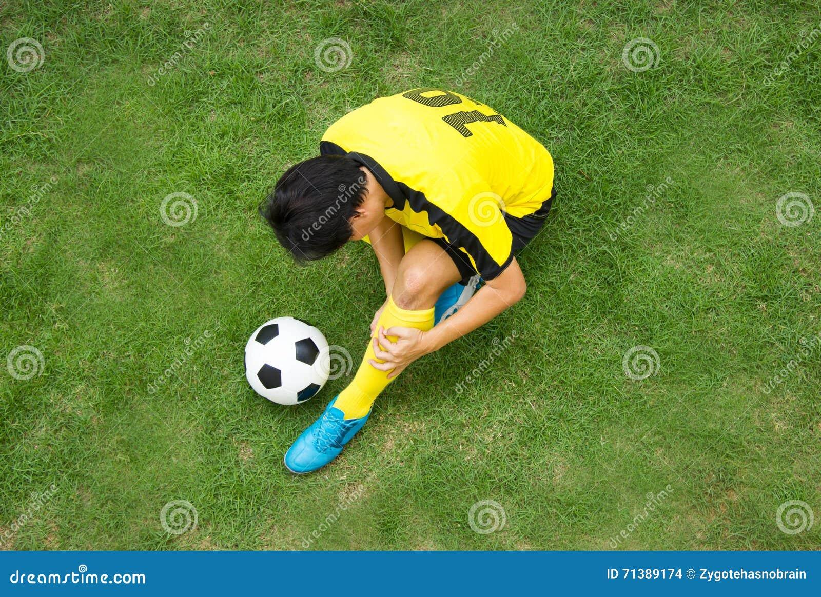 Mensonge de joueur de football blessé sur le lancement