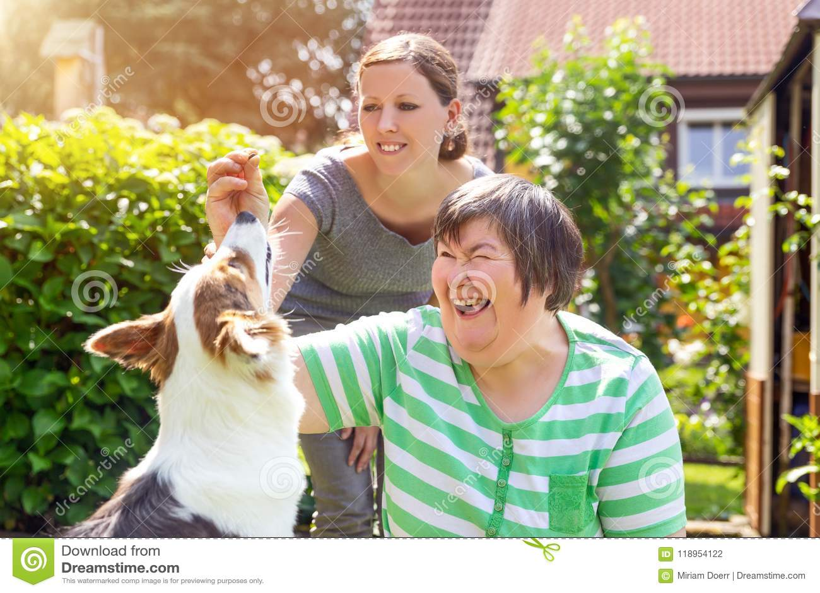 Mentalmente - donna disabile con una seconda donna e un cane del compagno