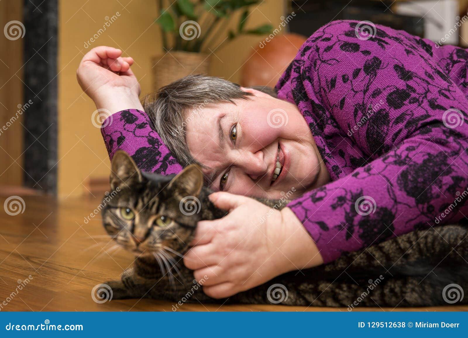 Mentalmente - mulher deficiente que afaga um gato, terapia ajudada animal