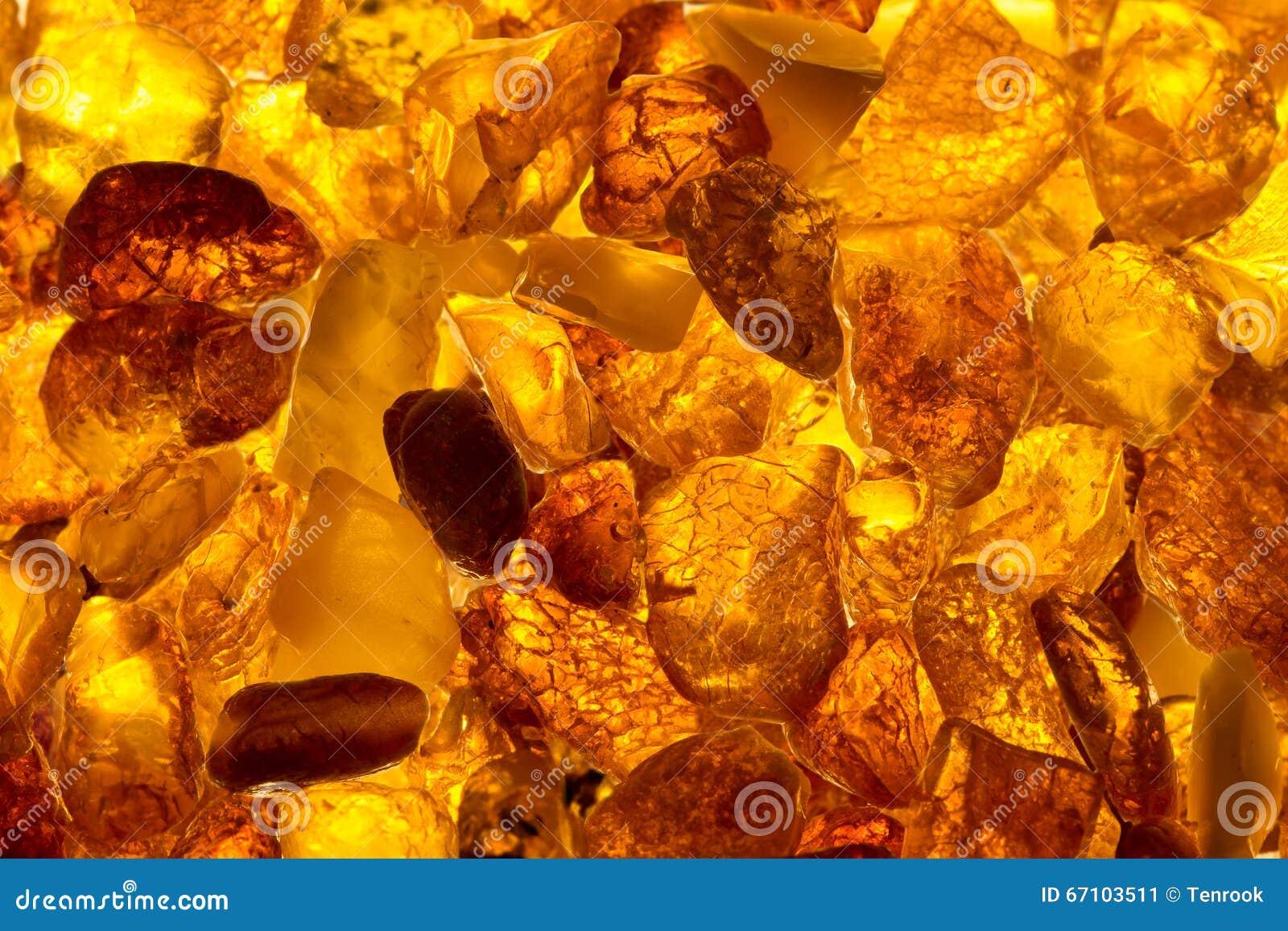 Mentira rectangular de las piedras ambarinas bálticas del primer en una superficie