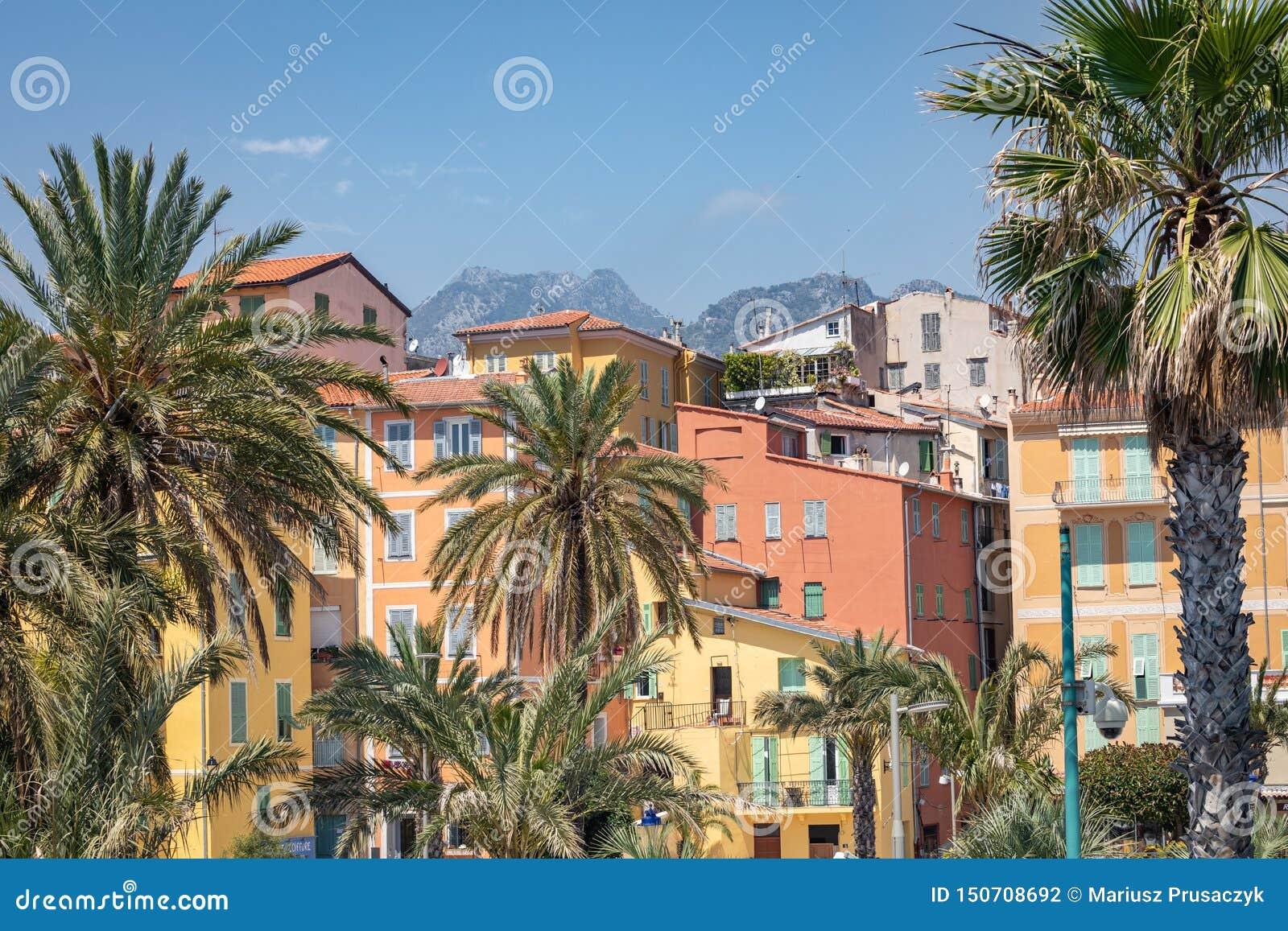 MENTON FRANCJA, CZERWIEC, - 05, 2019: Kolorowi domy w starej grodzkiej architekturze Menton na Francuskim Riviera Cote d «Azur,