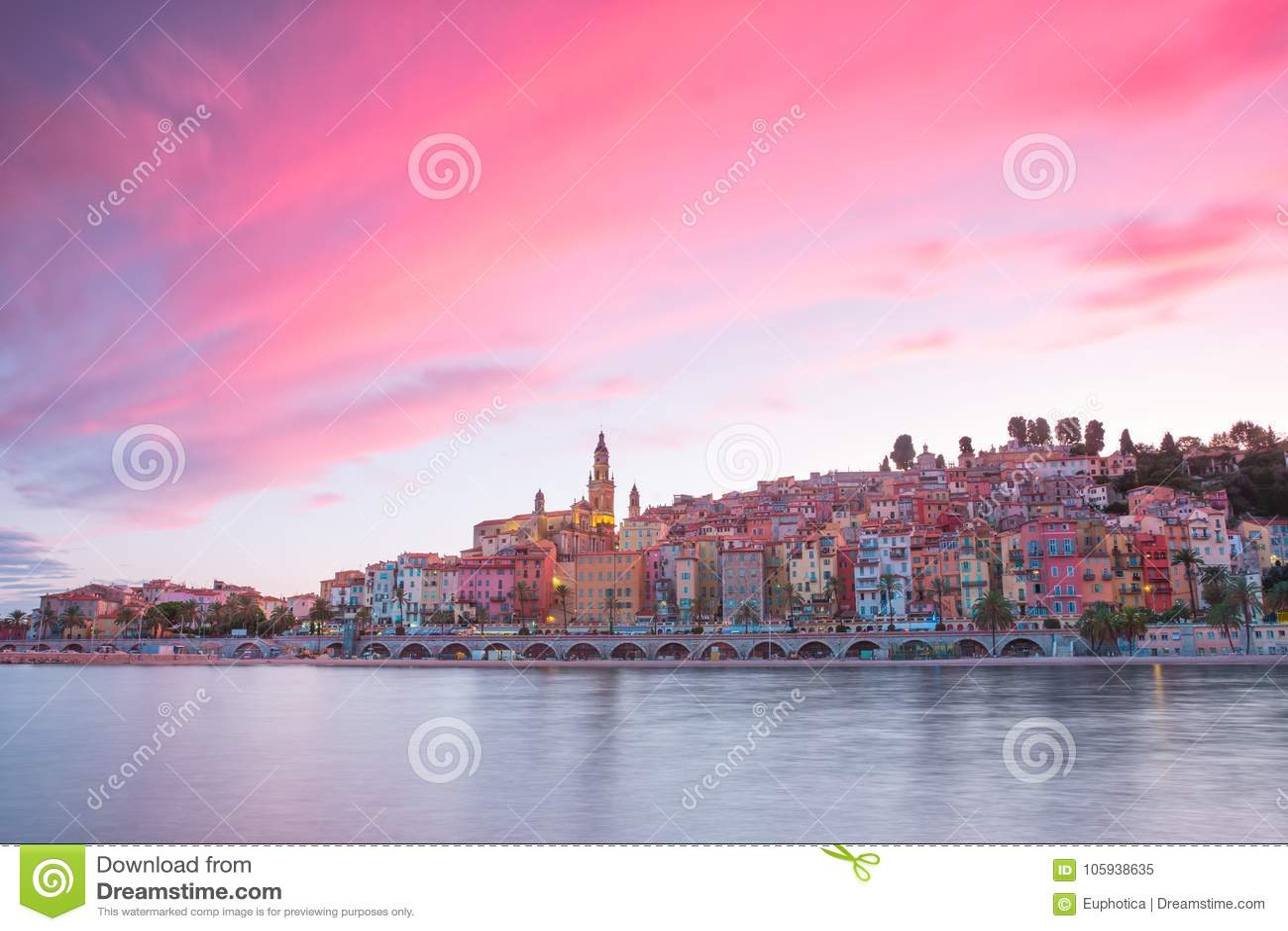 Menton-Stadt nachts, französisches Riviera, goldene Stunde vor Sonnenuntergang