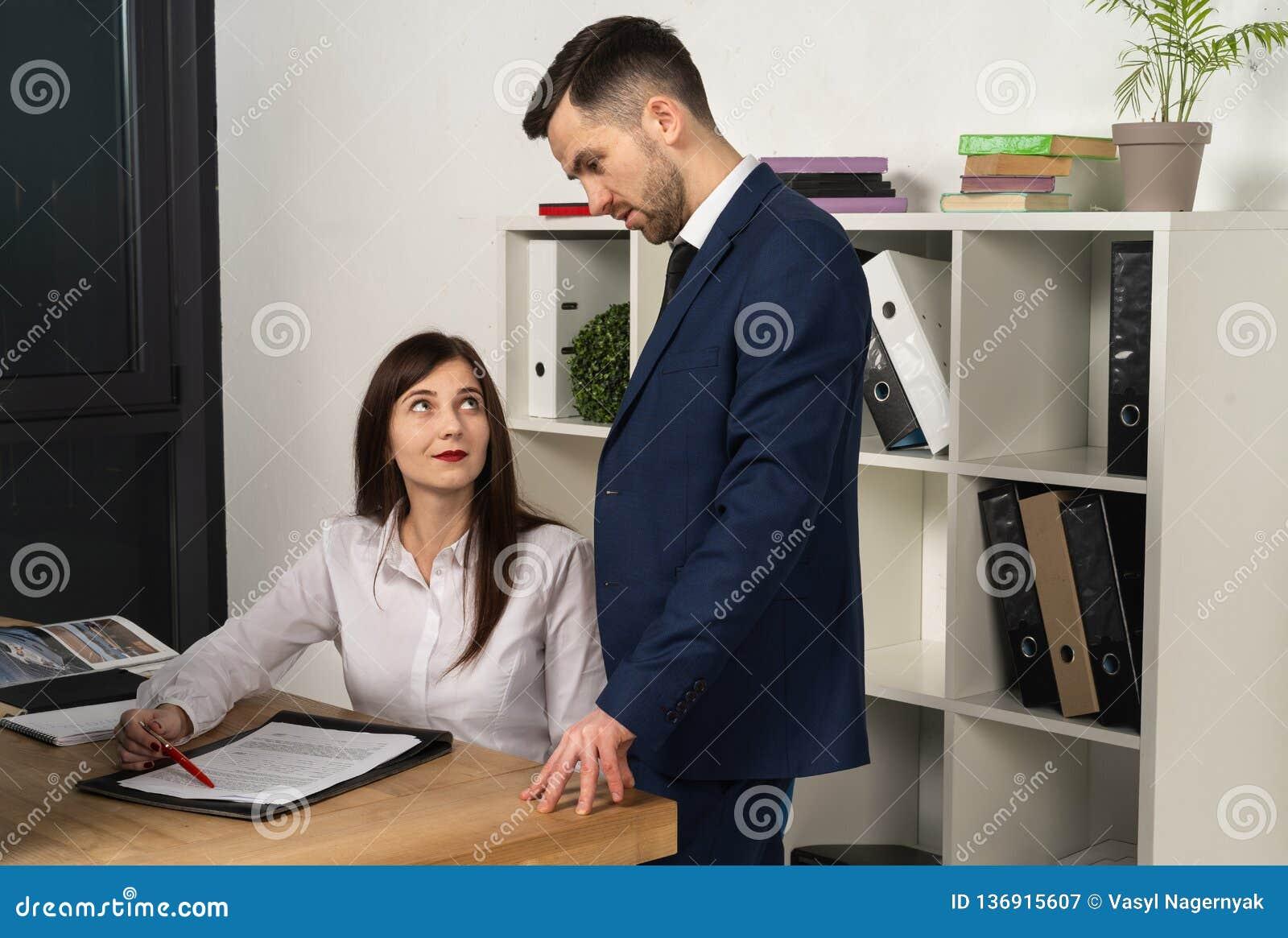 Mentore amichevole che spiega compito per il giovane impiegato