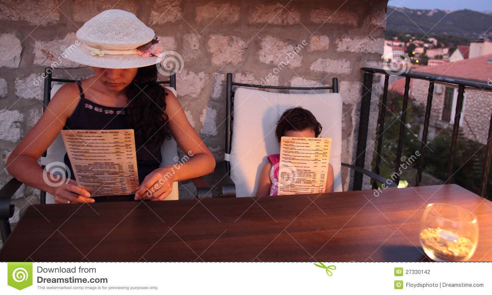 Menu da leitura do adulto e da menina