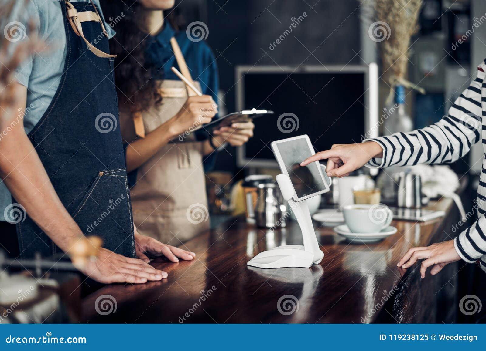 Menu de boissons d ordre de service d individu de client avec l écran de comprimé au CAM