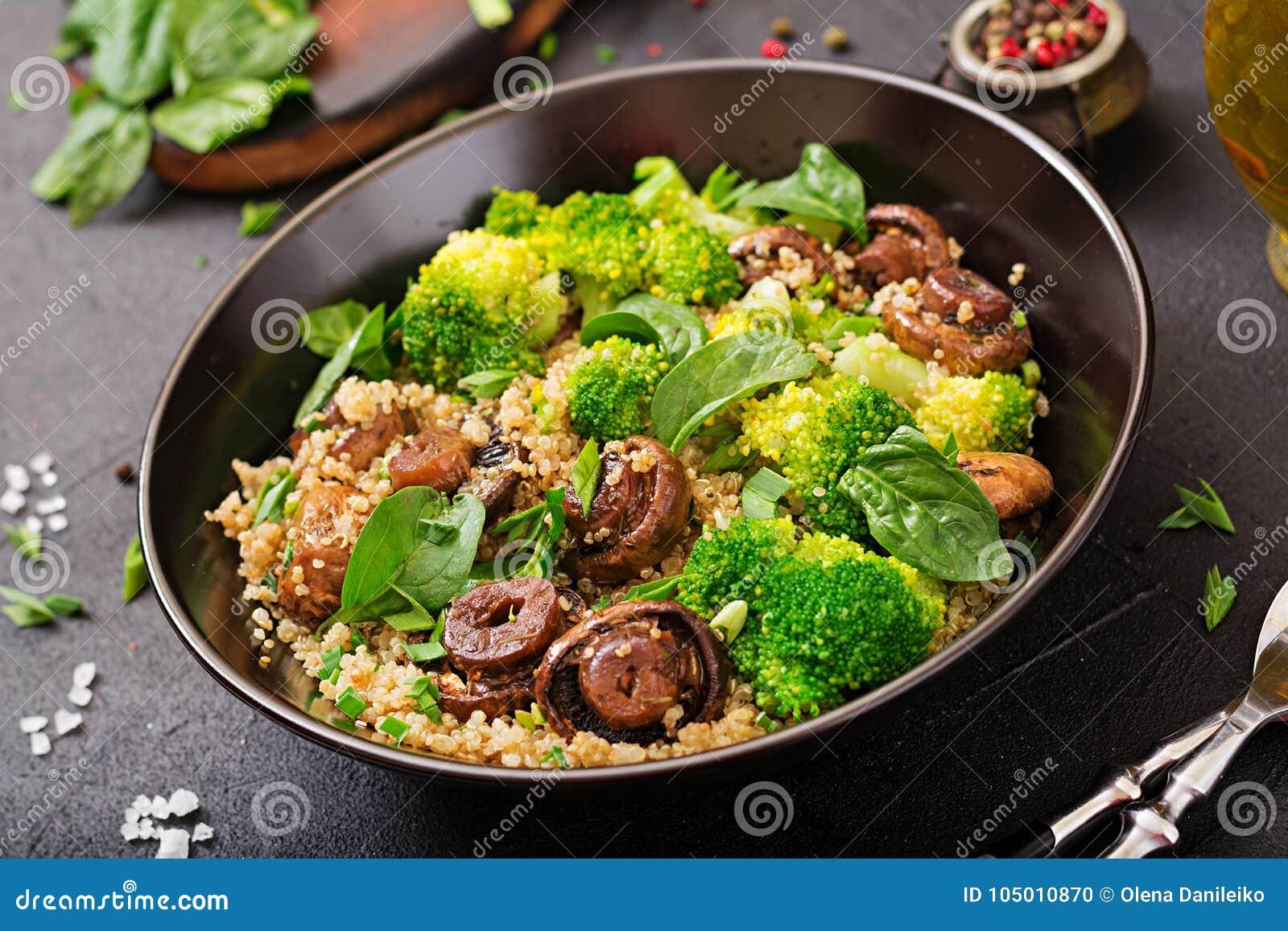 Menu dietético Salada saudável do vegetariano dos vegetais - brócolis, cogumelos, espinafres e quinoa