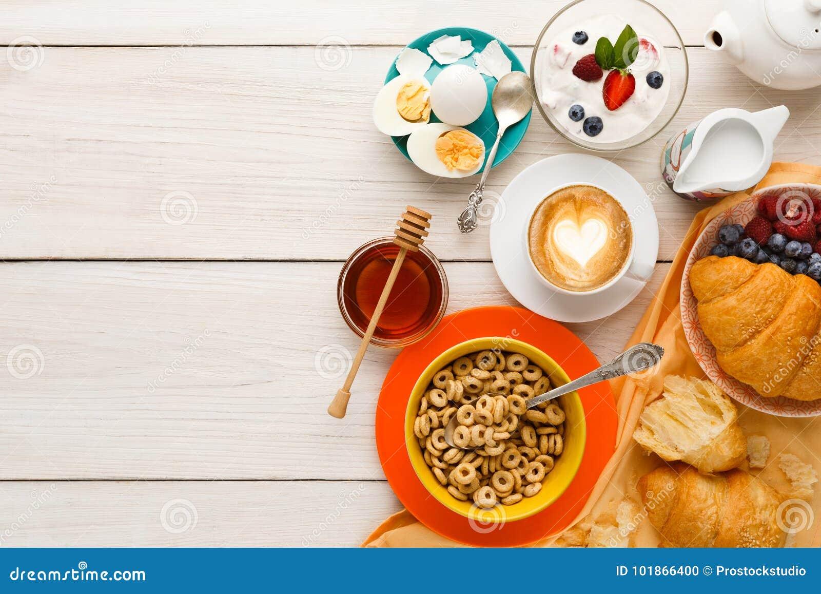 Fond riche de menu de petit déjeuner Croissants, muesli, yaourt, café,  baies, miel et oeufs à la coque croustillants français pour les repas  savoureux de ... bb4ce44f1ce2