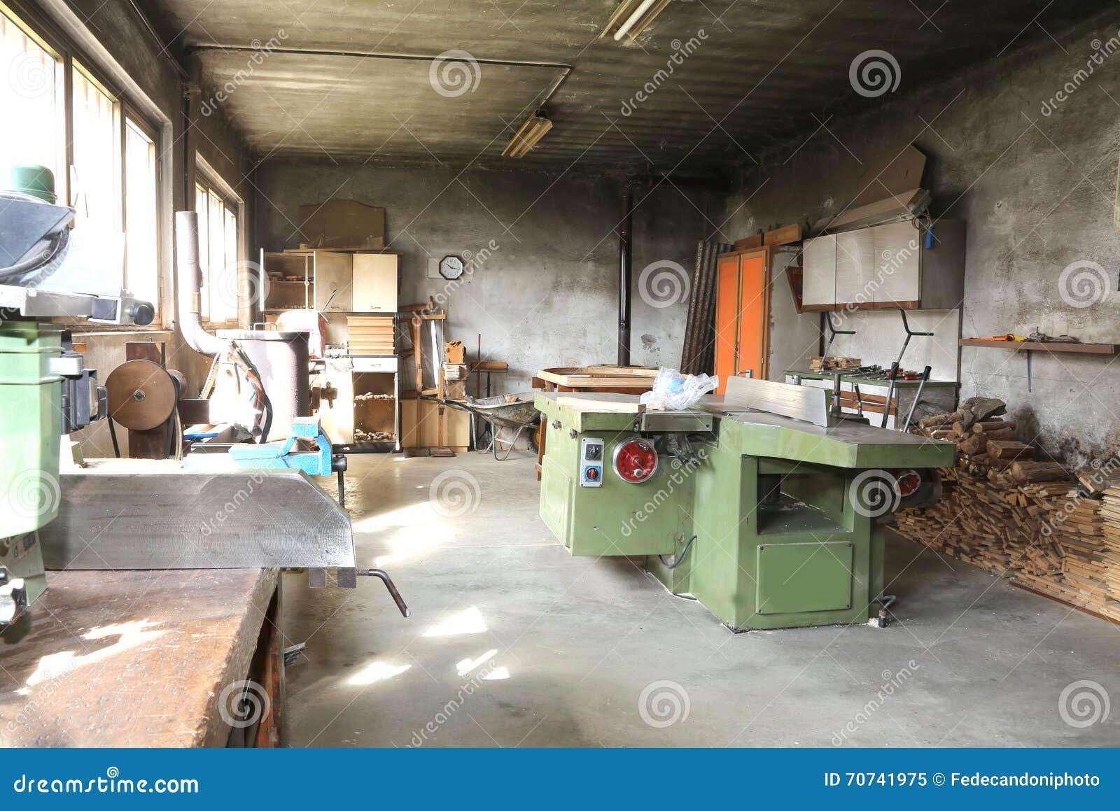 menuiserie hors d 39 usage avec la machine pour couper les. Black Bedroom Furniture Sets. Home Design Ideas