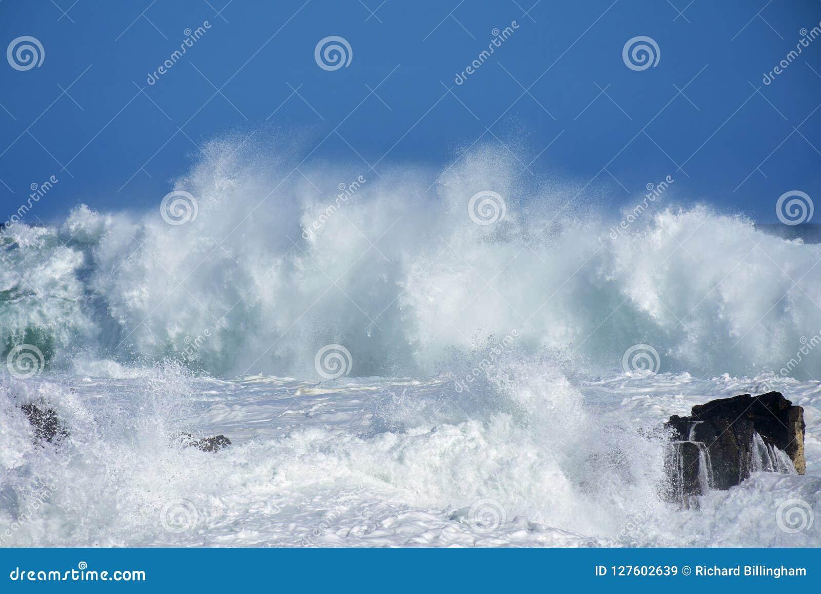 Mer agitée et hautes vagues, Storm& x27 ; rivière de s, Tsitsikamma, Afrique du Sud
