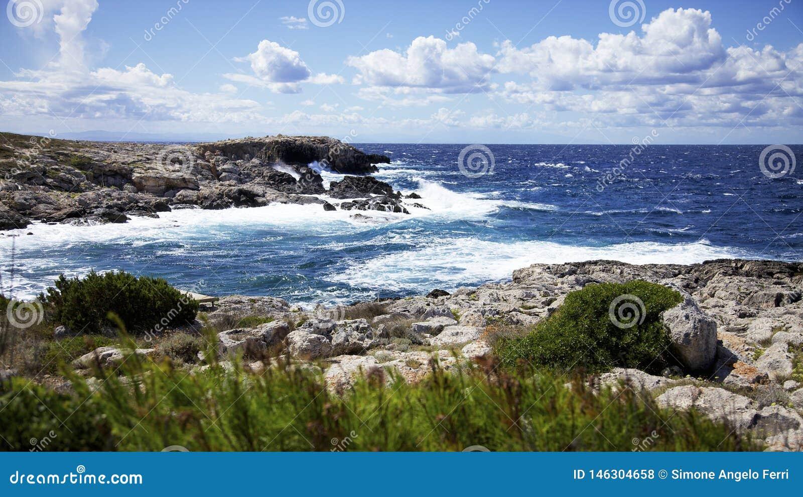 Mer agit?e et cloudscape sur Punta Coccodrillo, ?le de domino de San Tremiti, Italie