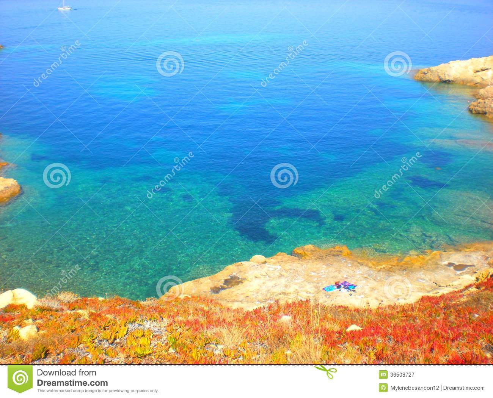 Mer calme bleue avec une plage perdue
