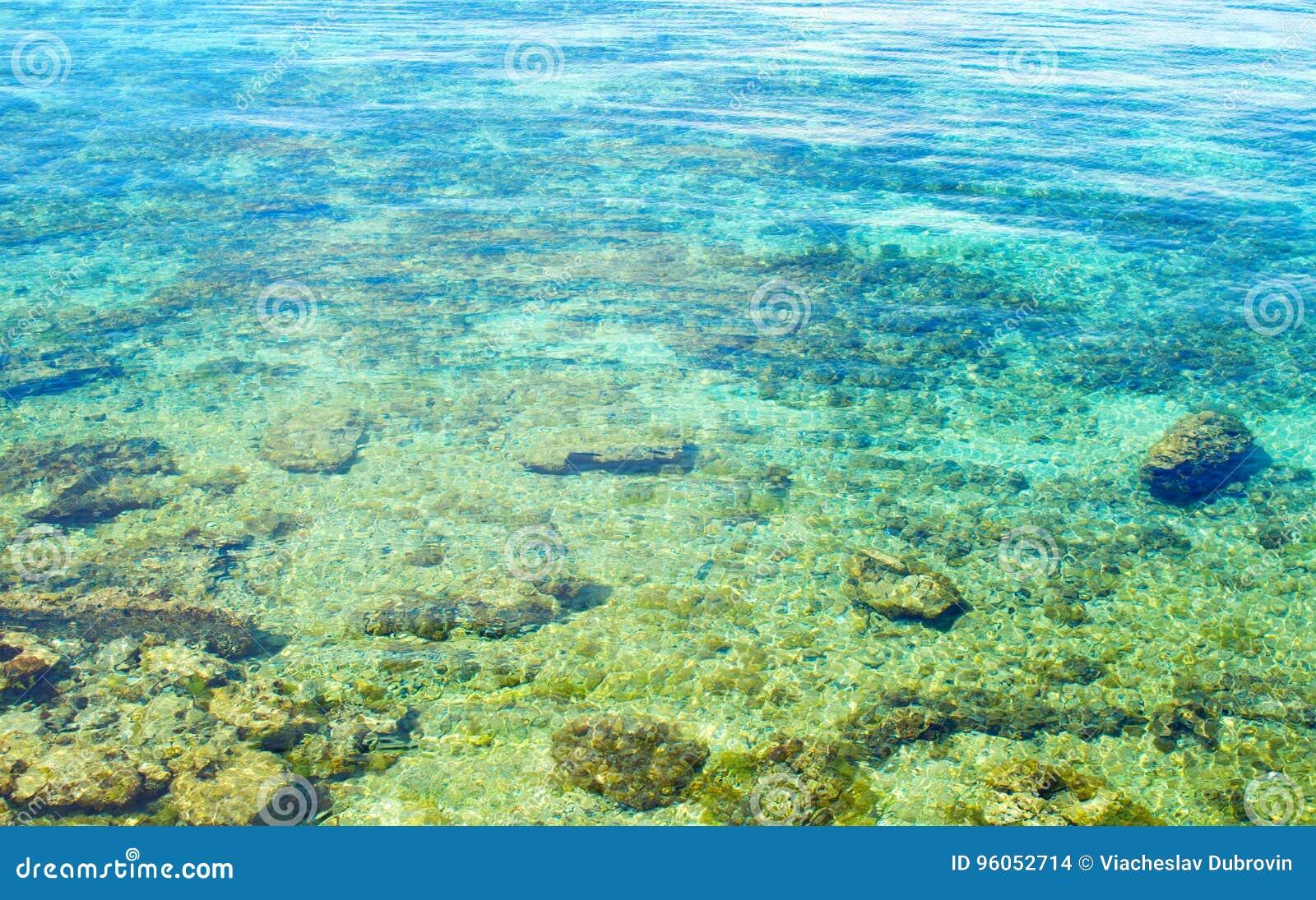 Mer de bleu de turquoise sur le bord de la mer de corail blanc Plage blanche d île tropicale