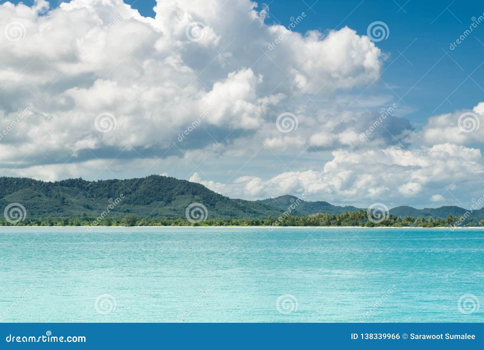 Mer de la Thaïlande Andaman belle baie de bord de la mer dans la côte Koh Yao yai Paysage marin stupéfiant de plage et de montagn