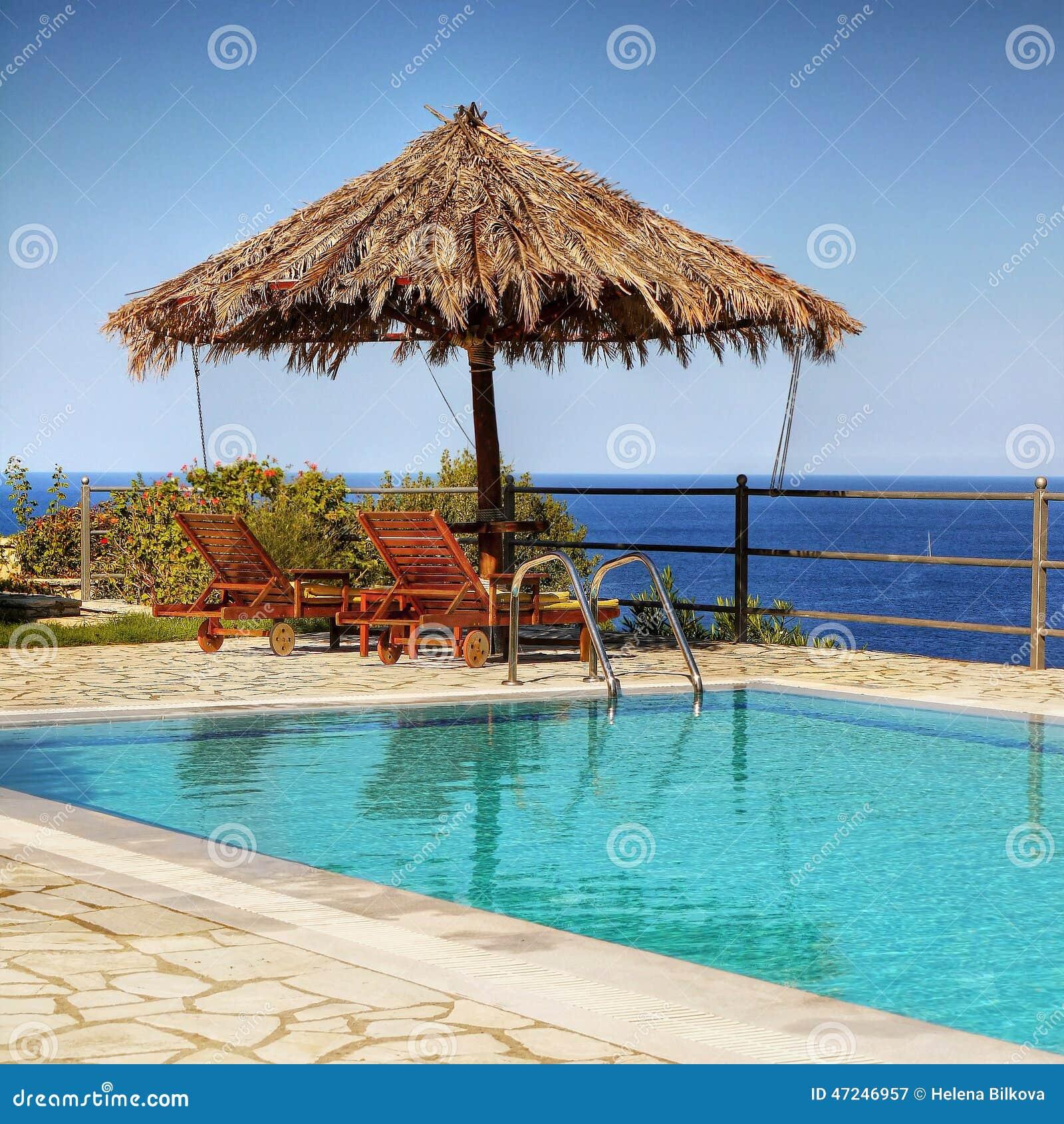 Mer de négligence de piscine de balcon de villa
