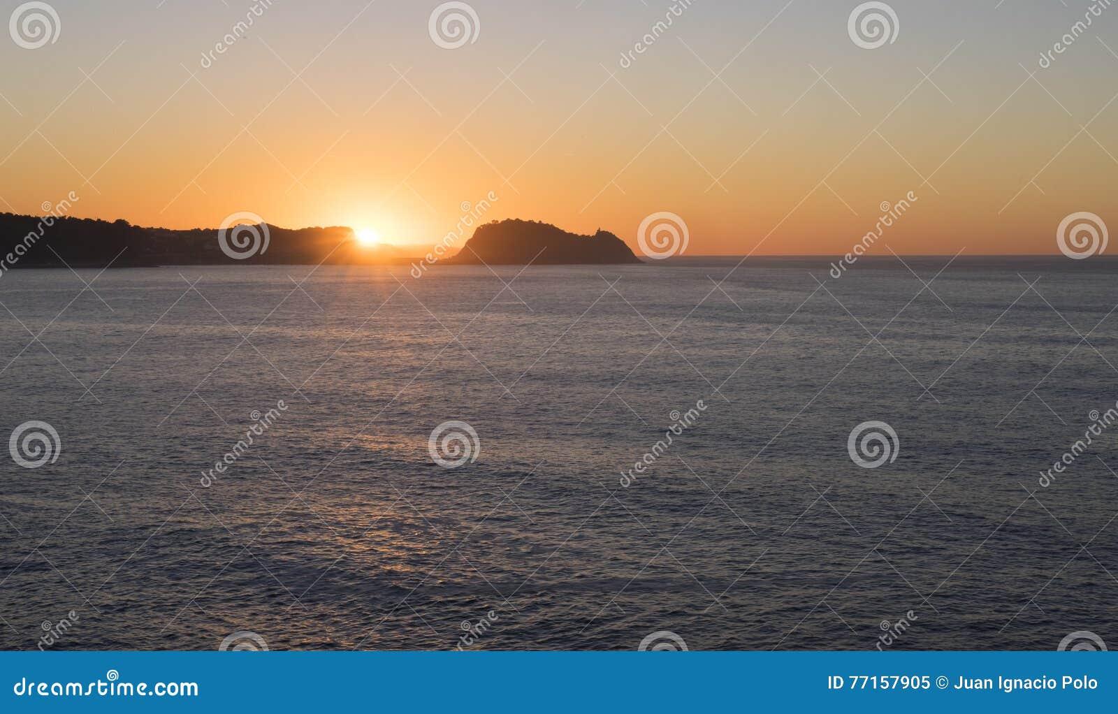 Mer et côte avec le soleil