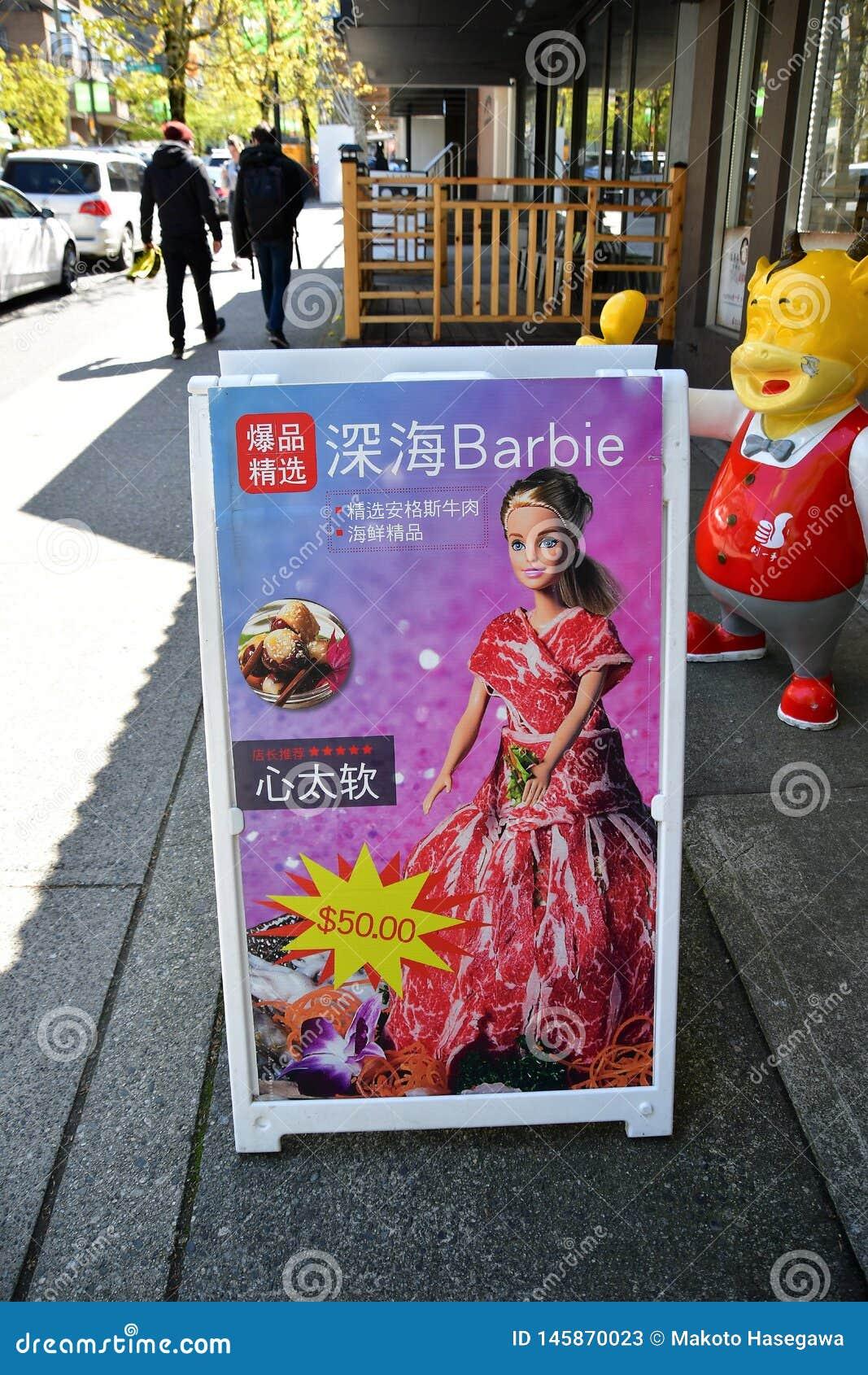 Mer profonde Barbie  Barbie Des ressembler à la poupée de Barbie ont été enveloppés avec de la viande coupée en tranches mince