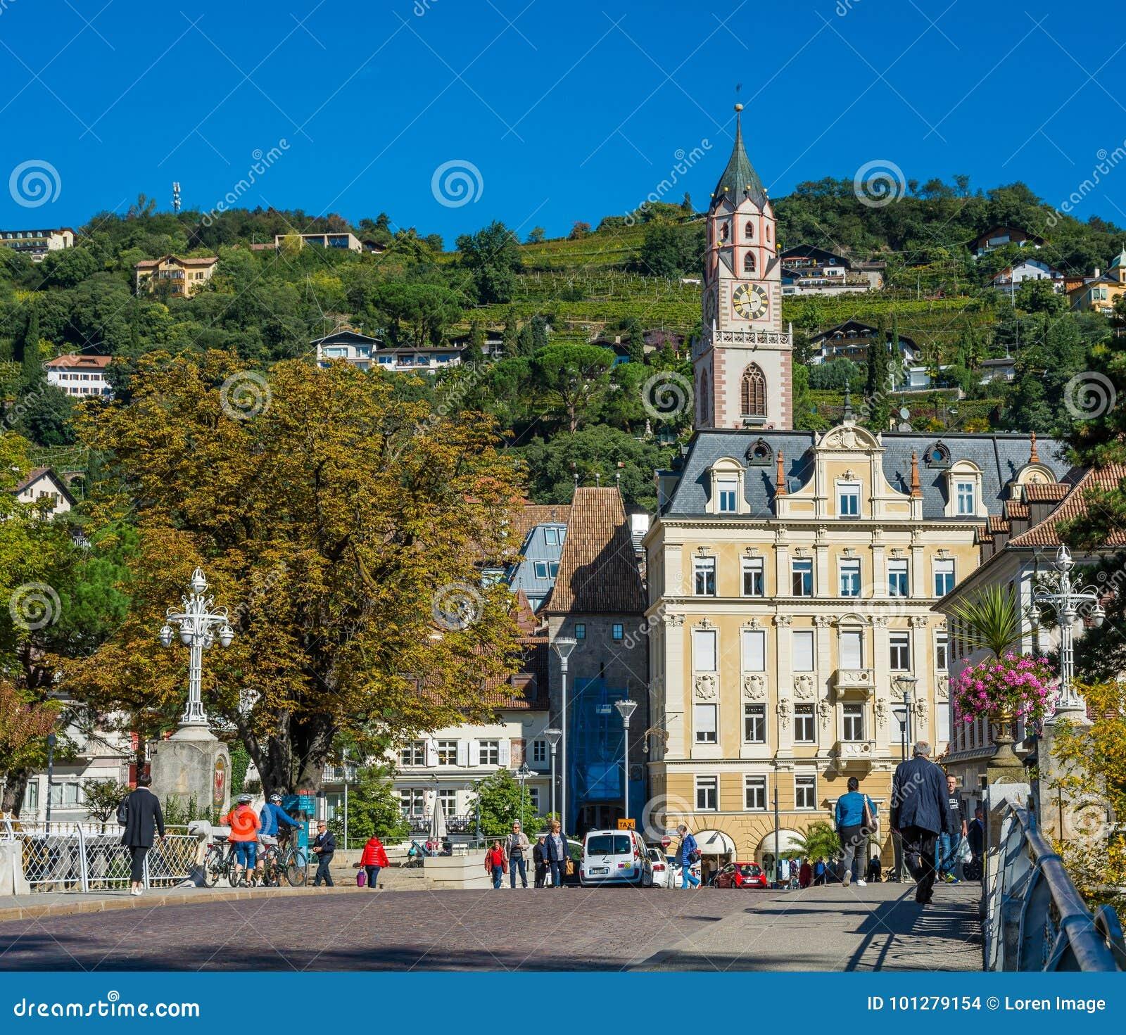 Merano i södra Tyrol, en härlig stad av Trentino Alto Adige, höstsikt av domkyrkan av Meran italy
