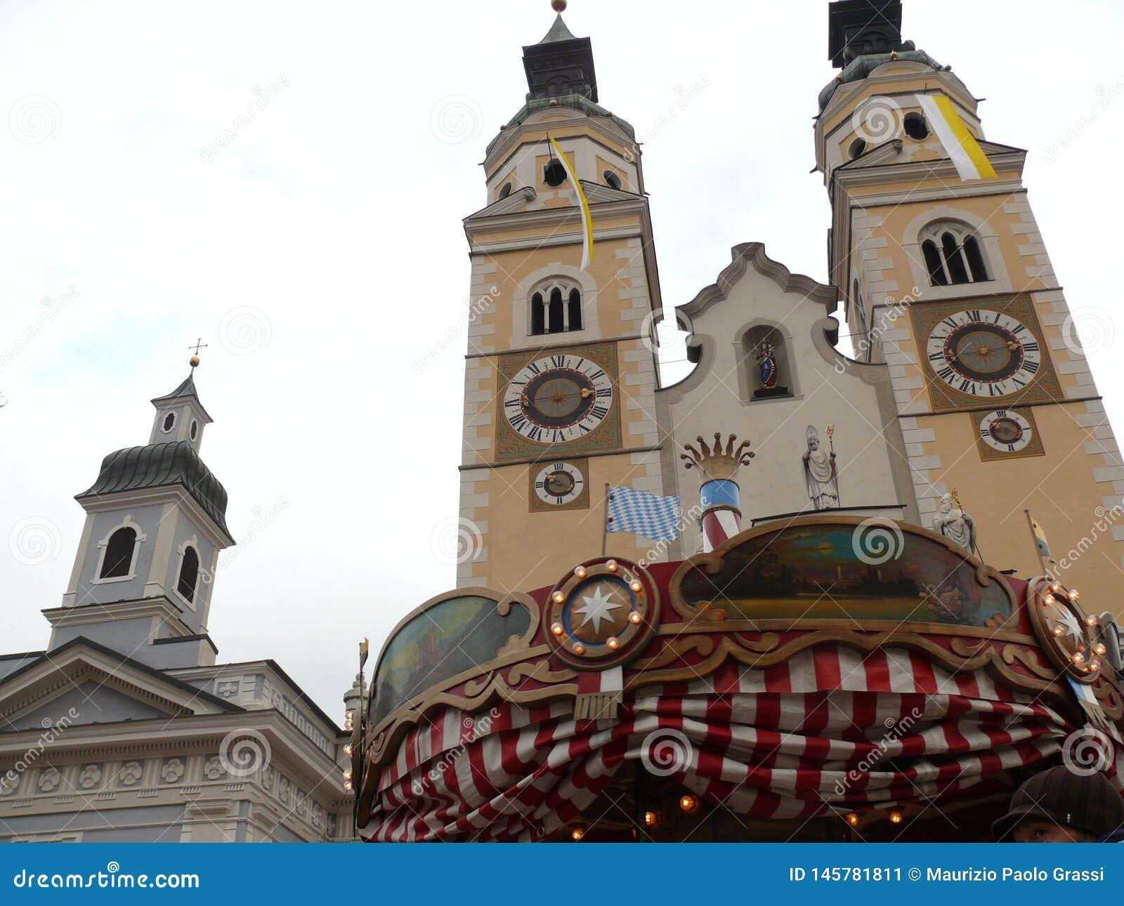 Merano, Trentino, Itali? 01/06/2011 Kerk in het dorp met een carrousel