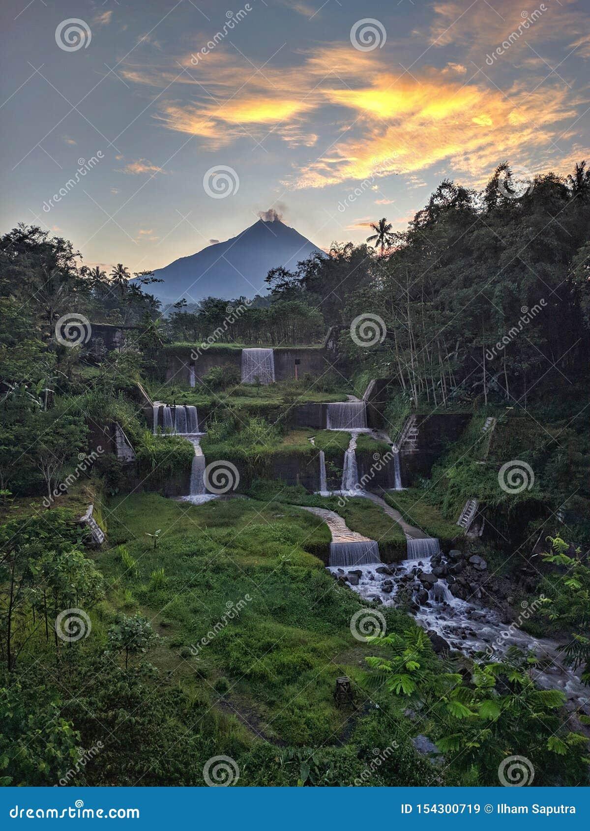 Merapi bergsikt från den Mangunsuko bron, Magelang Indonesien