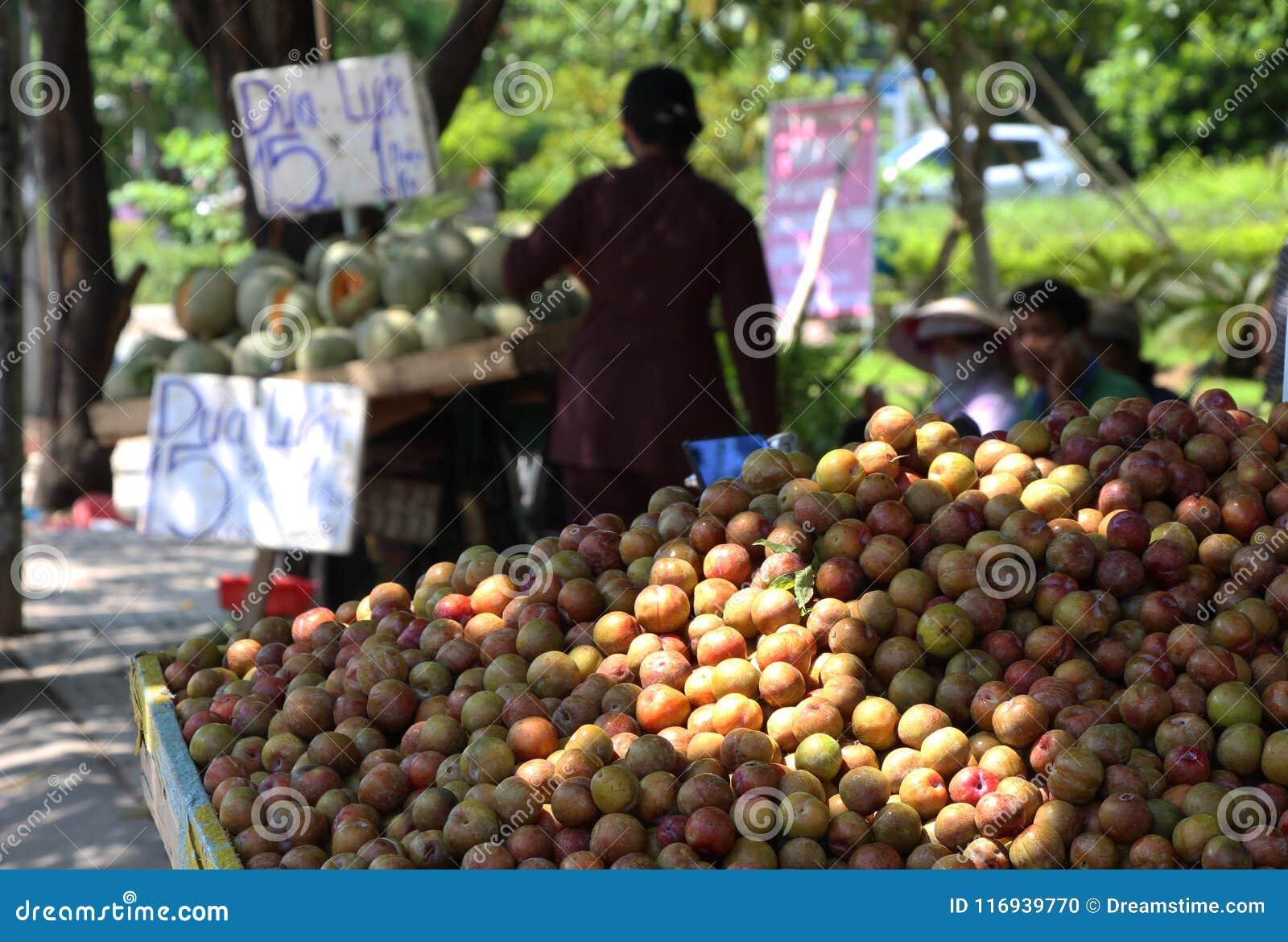 Mercado callejero usual de Vietnam ciruelos