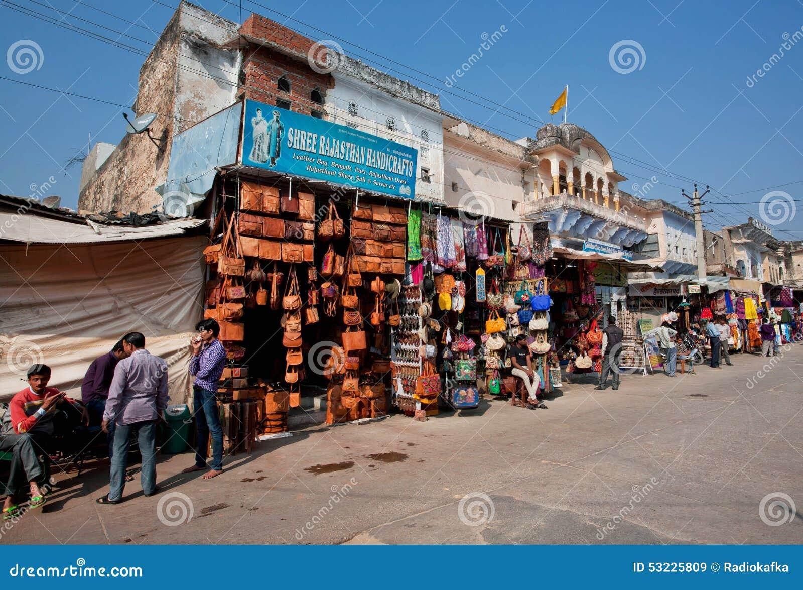 Mercado con los bolsos de cuero del camello y los recuerdos indios