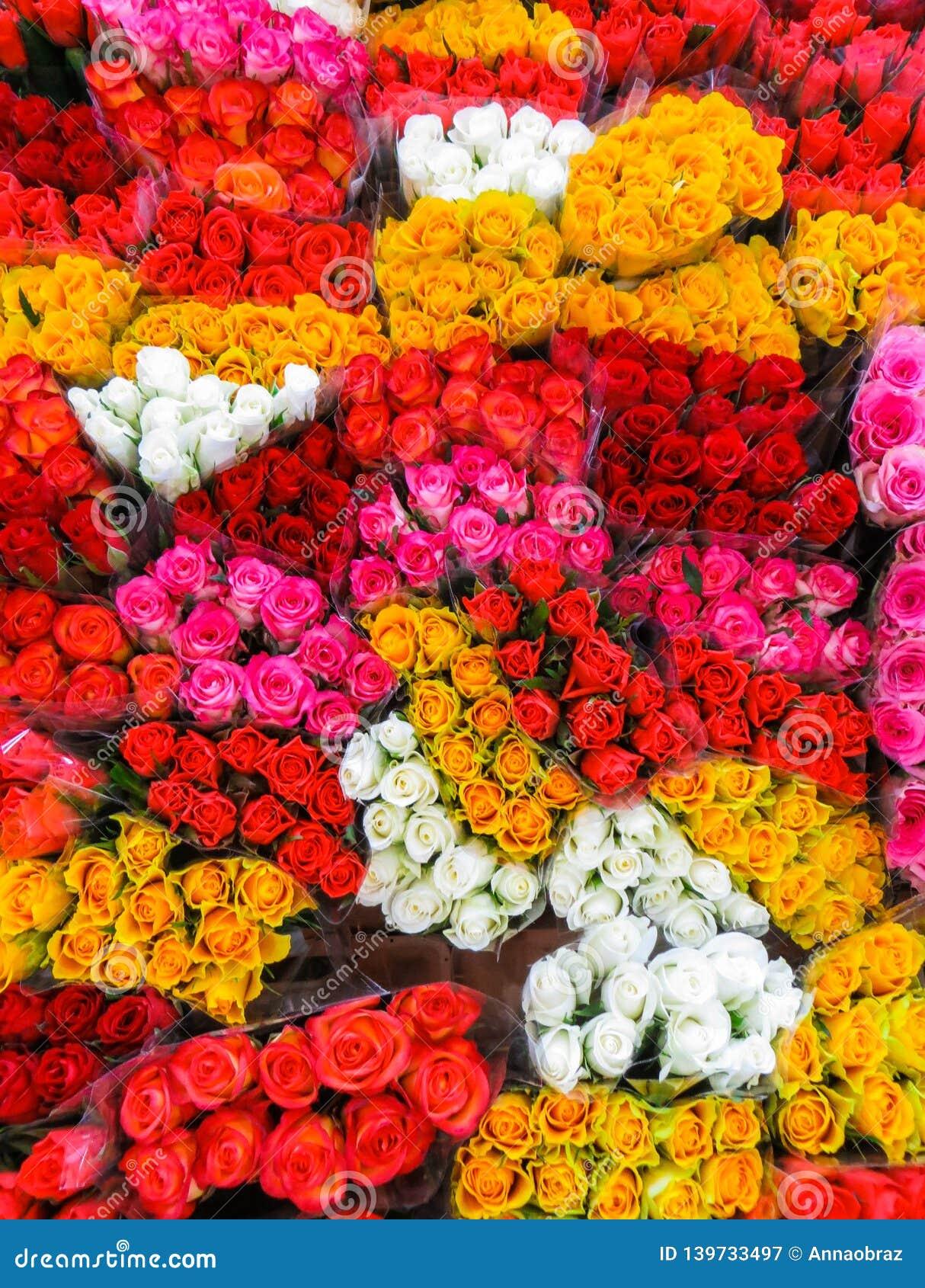 Mercado da flor da rua Grupos dos ramalhetes de rosas coloridas para a venda