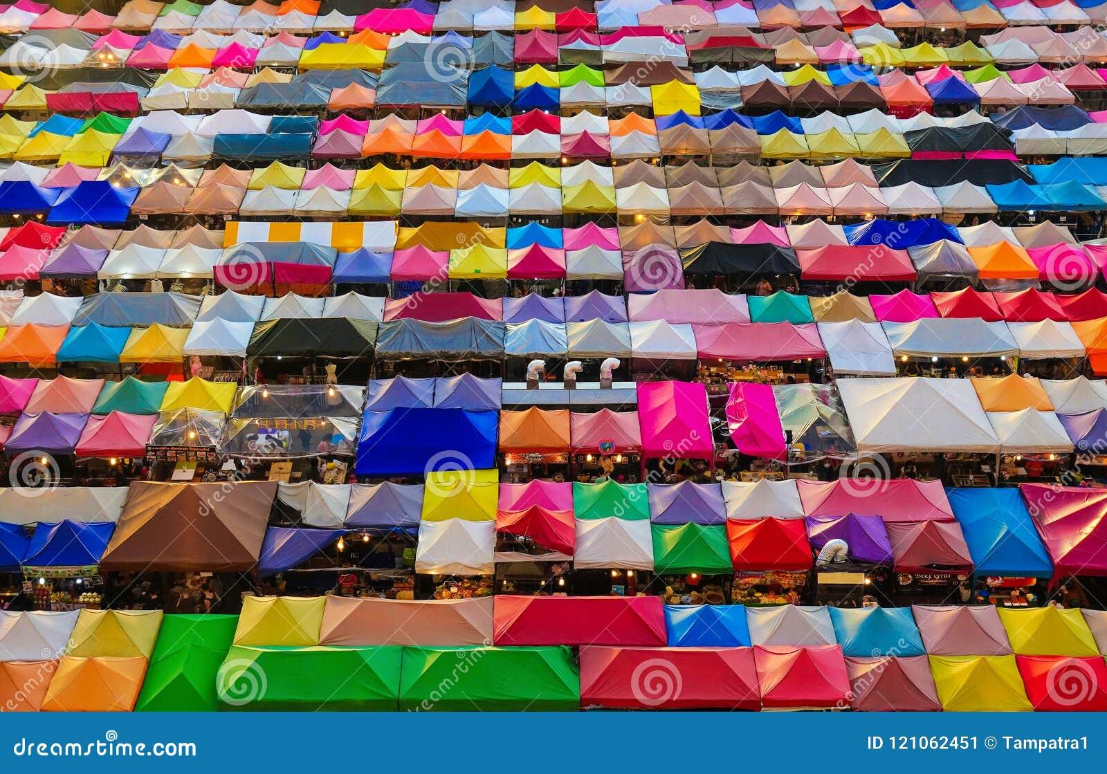 Mercado da noite, barracas coloridas no trem de Ratchada em Banguecoque