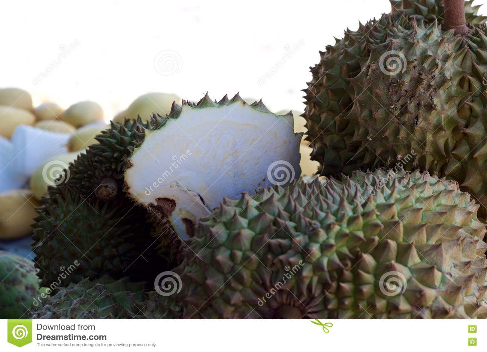 Mercado de la comida de Phuket, Tailandia: durian fresco para la venta en el soporte de fruta