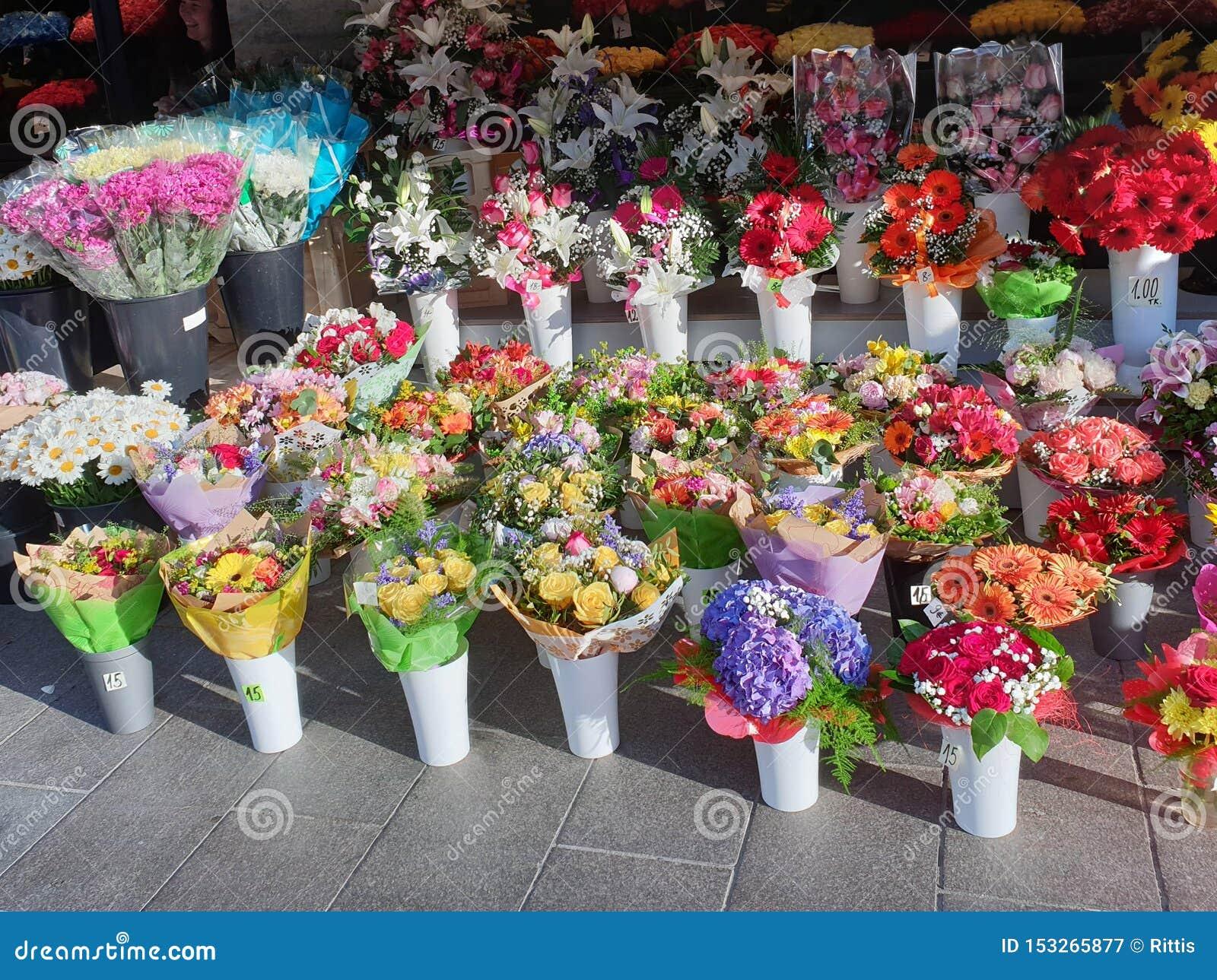 Mercado de la flor en Tallinn, Estonia que vende ramos hermosos