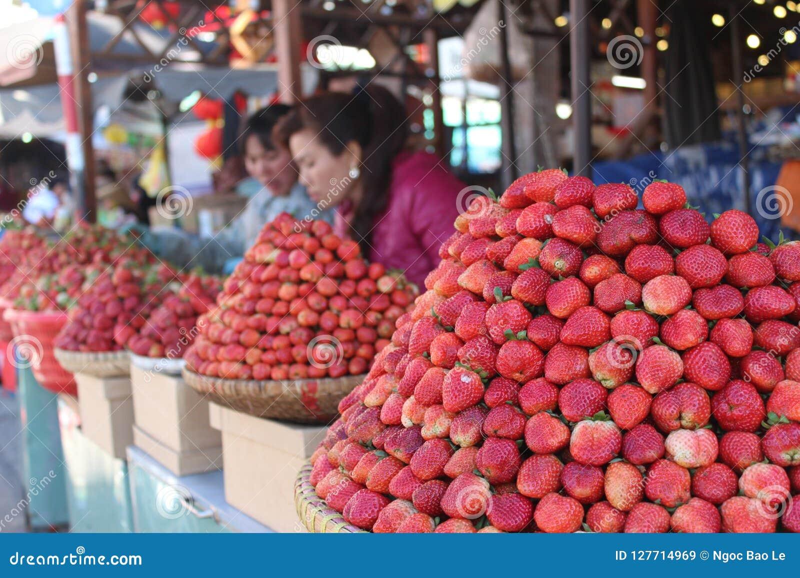 Mercado de la fresa en el mercado del lat de DA de Vietnam