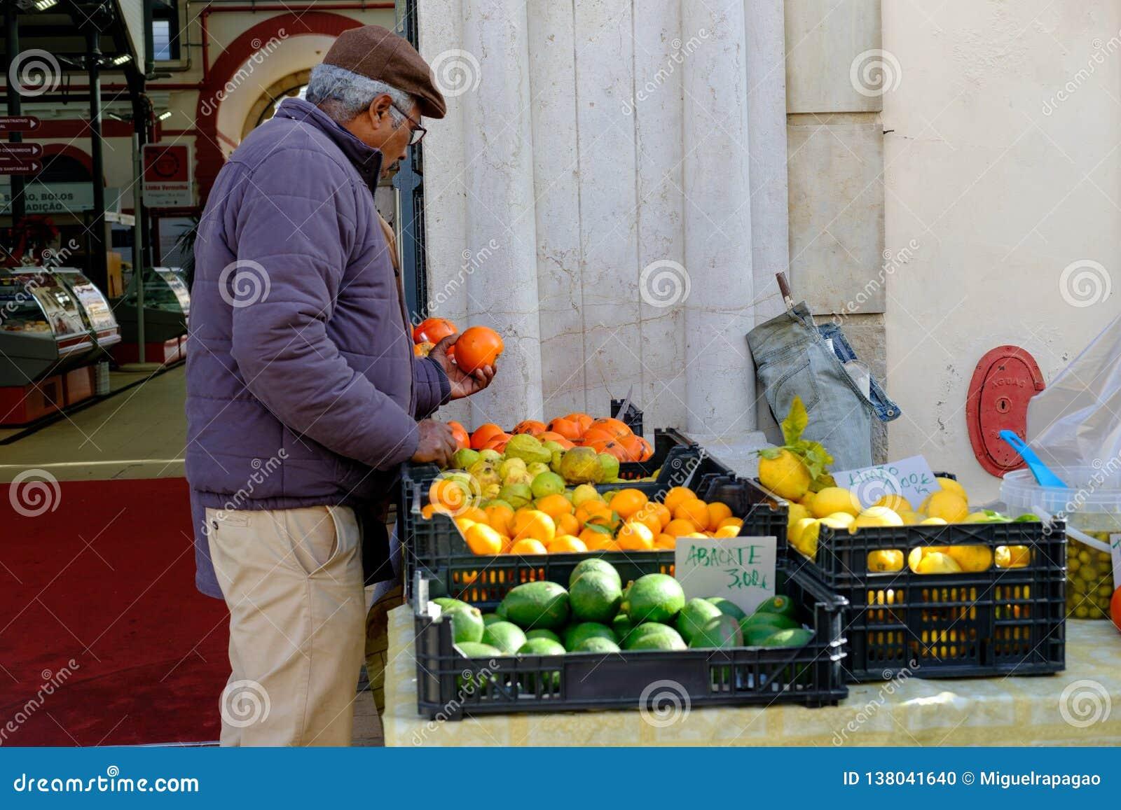 Mercado de Loule, Loule, Πορτογαλία - 18 Ιανουαρίου 2019: Συσκευασία ατόμων επάνω στην αγορά Loule