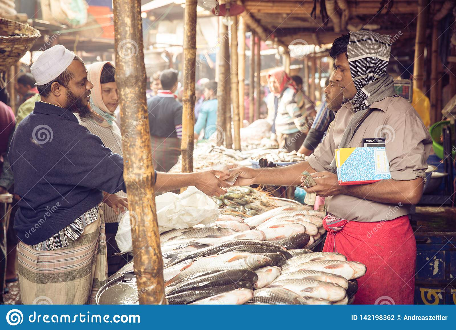 Mercado de pescados en la capital ocupada de Dacca, Bangladesh