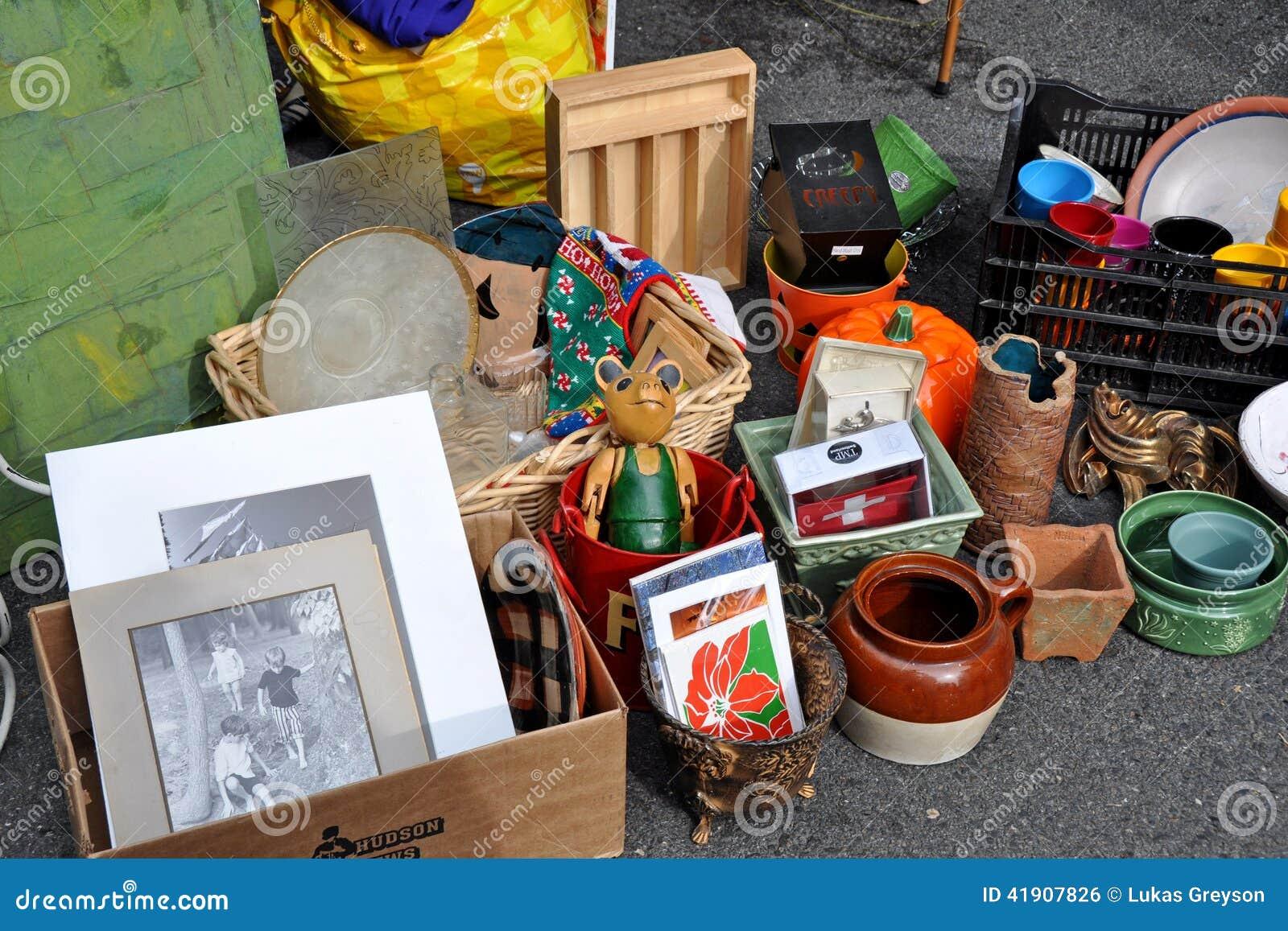 Mercado de pulgas del garaje de las antigüedades