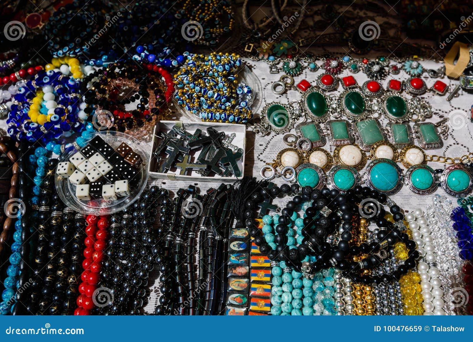 Mercado de pulgas Vernissage Ereván, Armenia de la joyería y de los accesorios