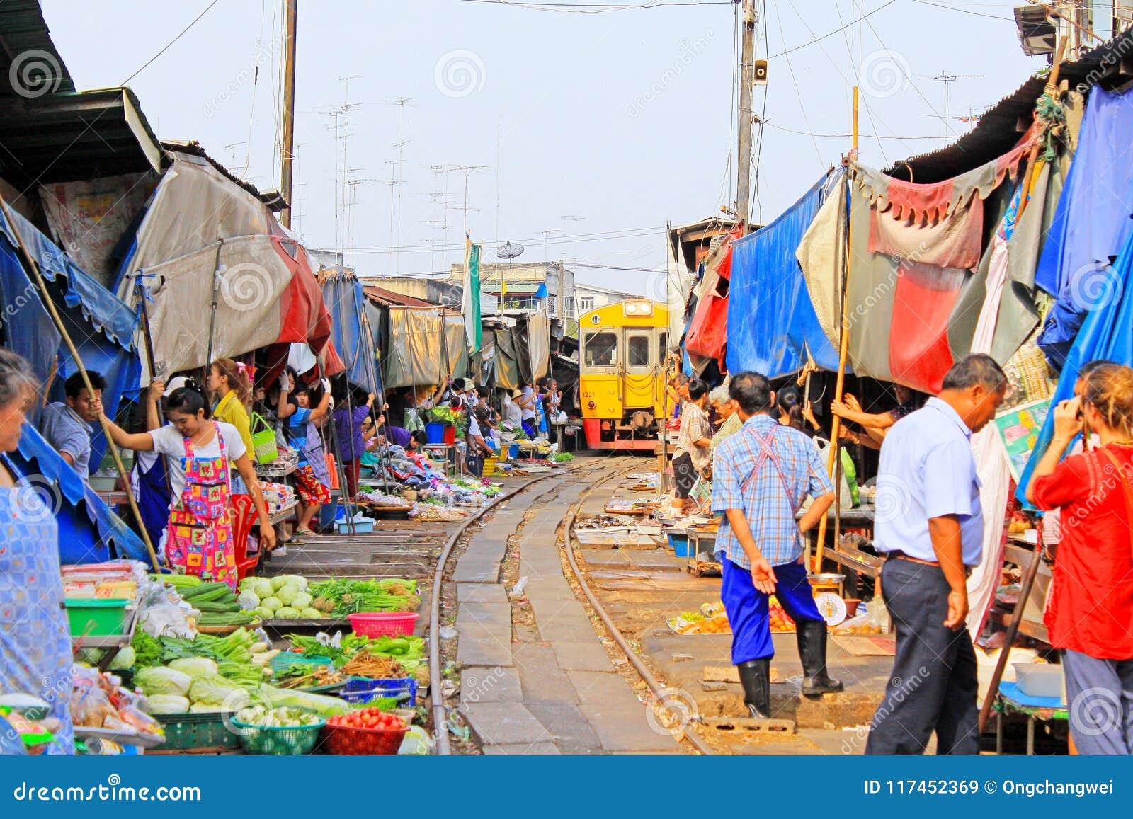 Mercado Del Tren De Maeklong Maeklong Tailandia Imagen De Archivo