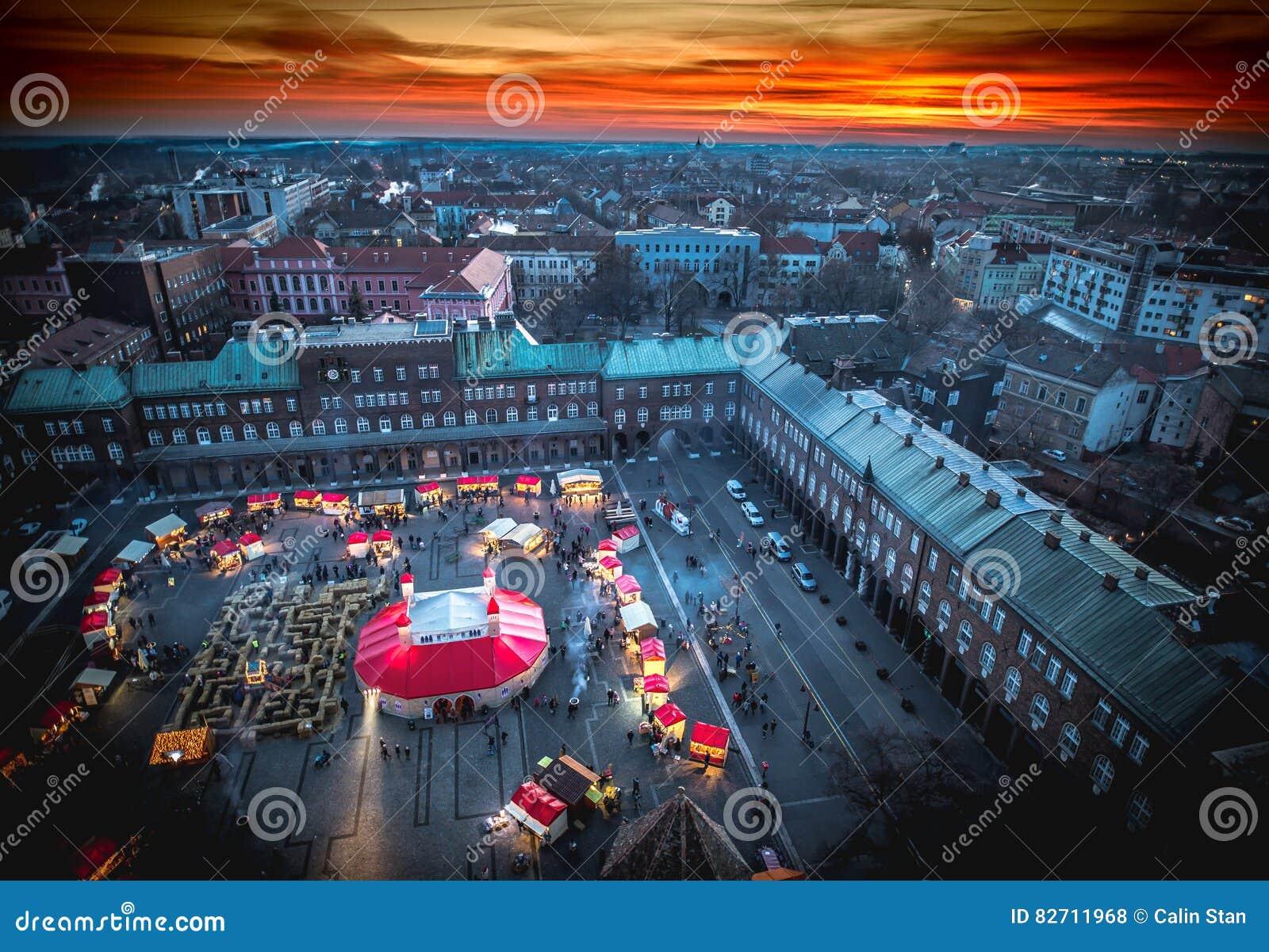 Mercado do Natal de Szeged de cima de Fotografia aérea no por do sol