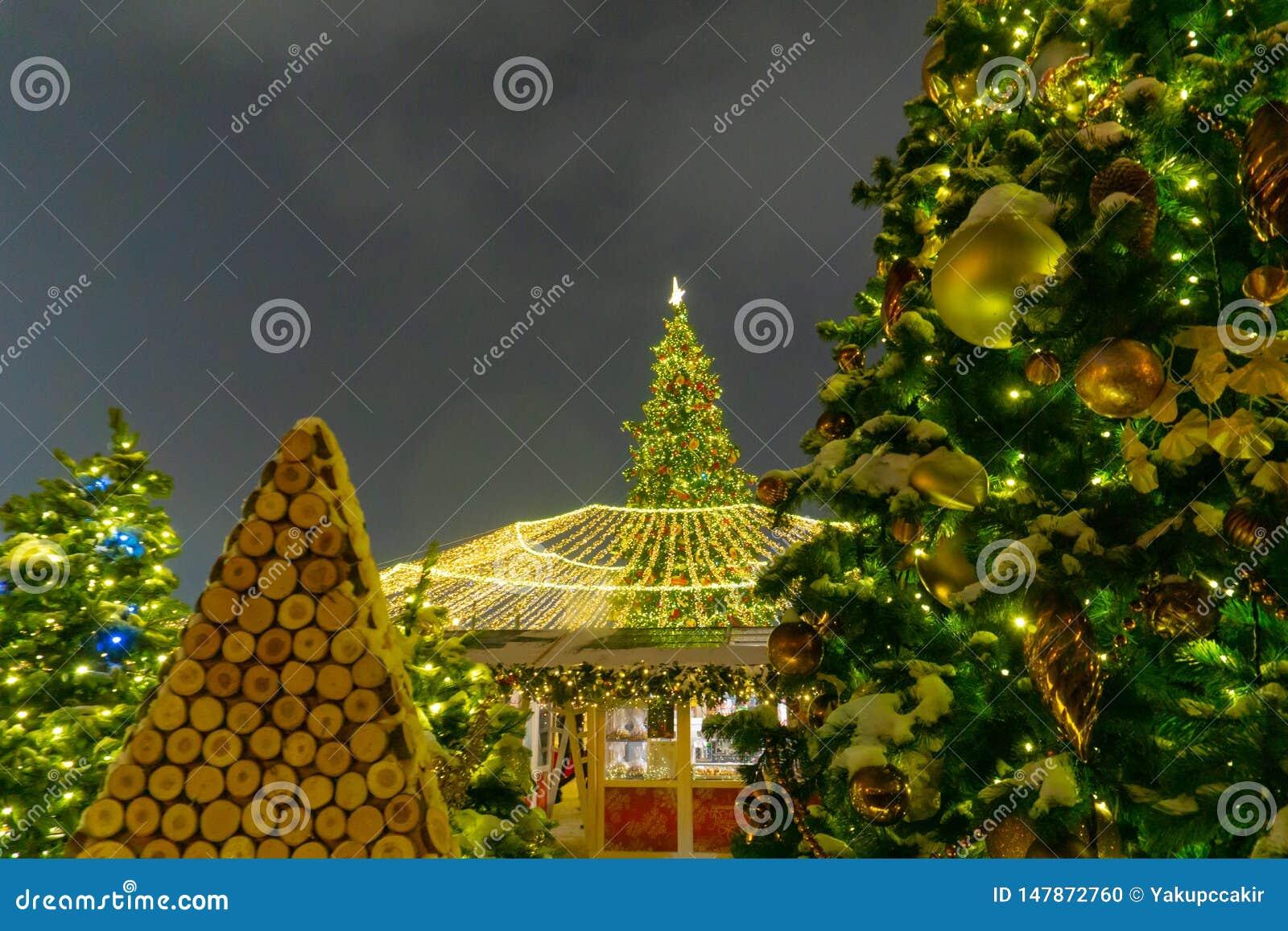 Mercado do Natal no quadrado vermelho no quadrado vermelho do centro da cidade de Moscou, decorada e iluminada para o Natal em Mo