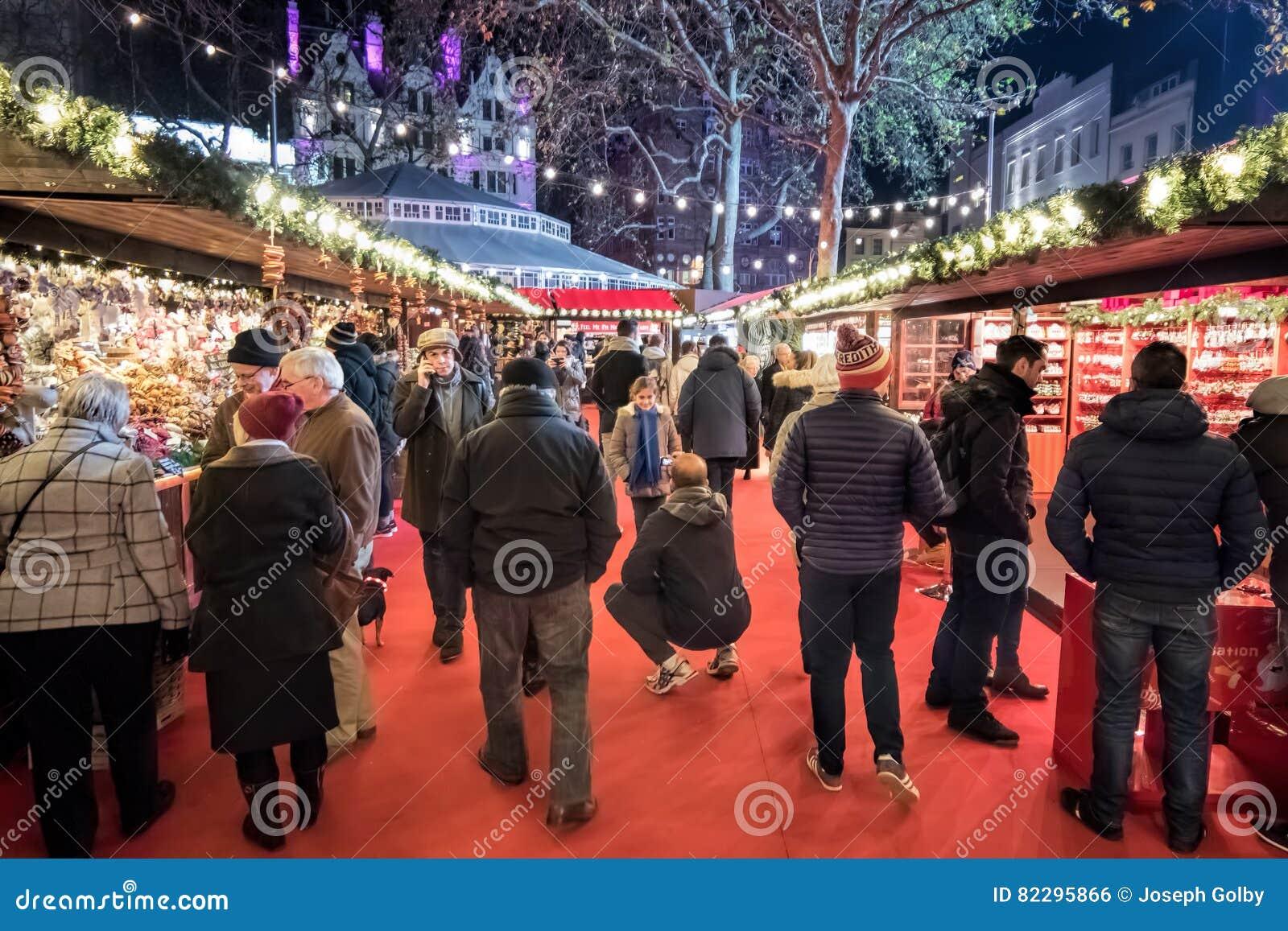 Mercado do Natal Povos que compram em tendas Quadrado de Leicester, Lonon