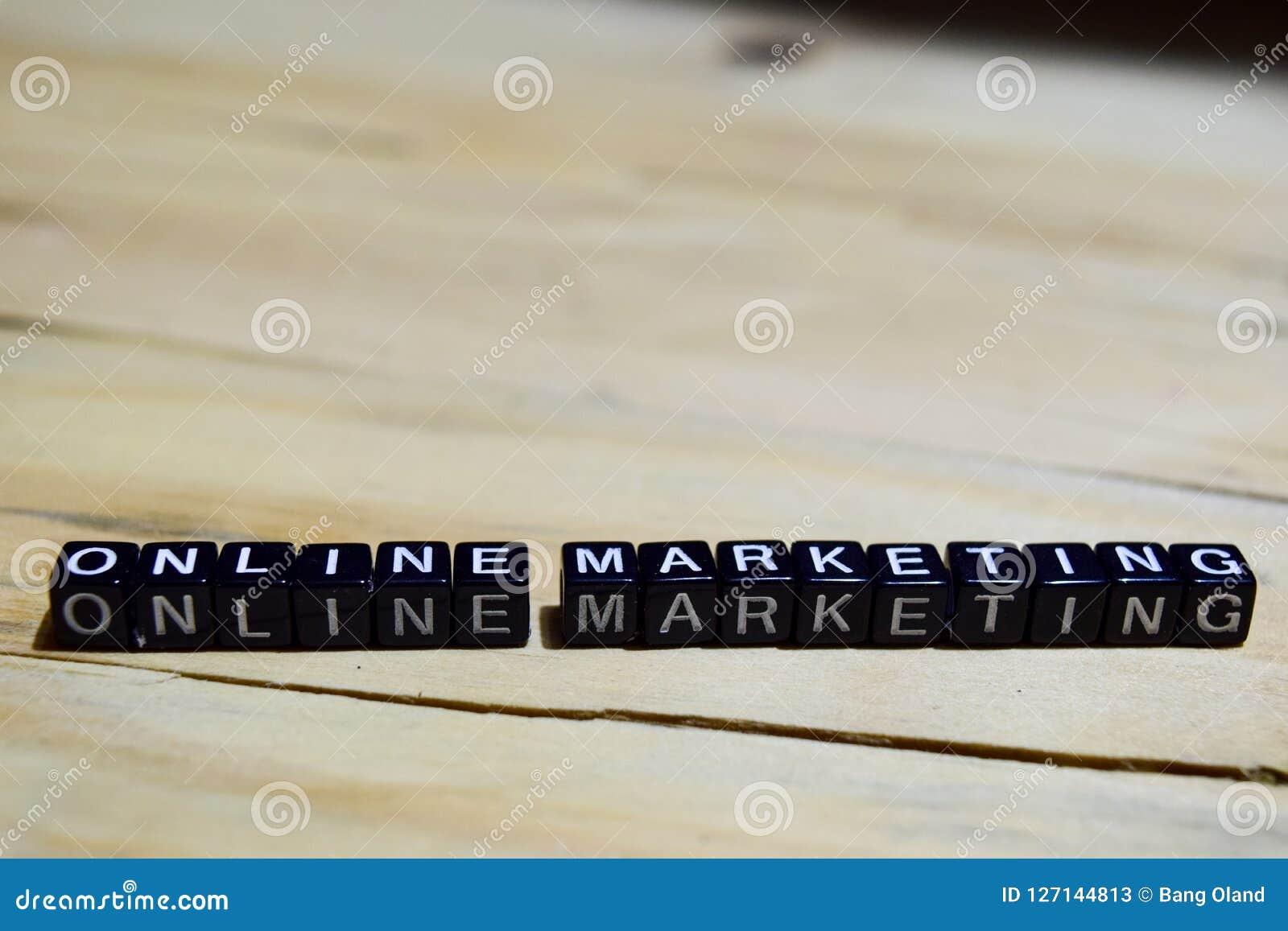 Mercado em linha escrito em blocos de madeira