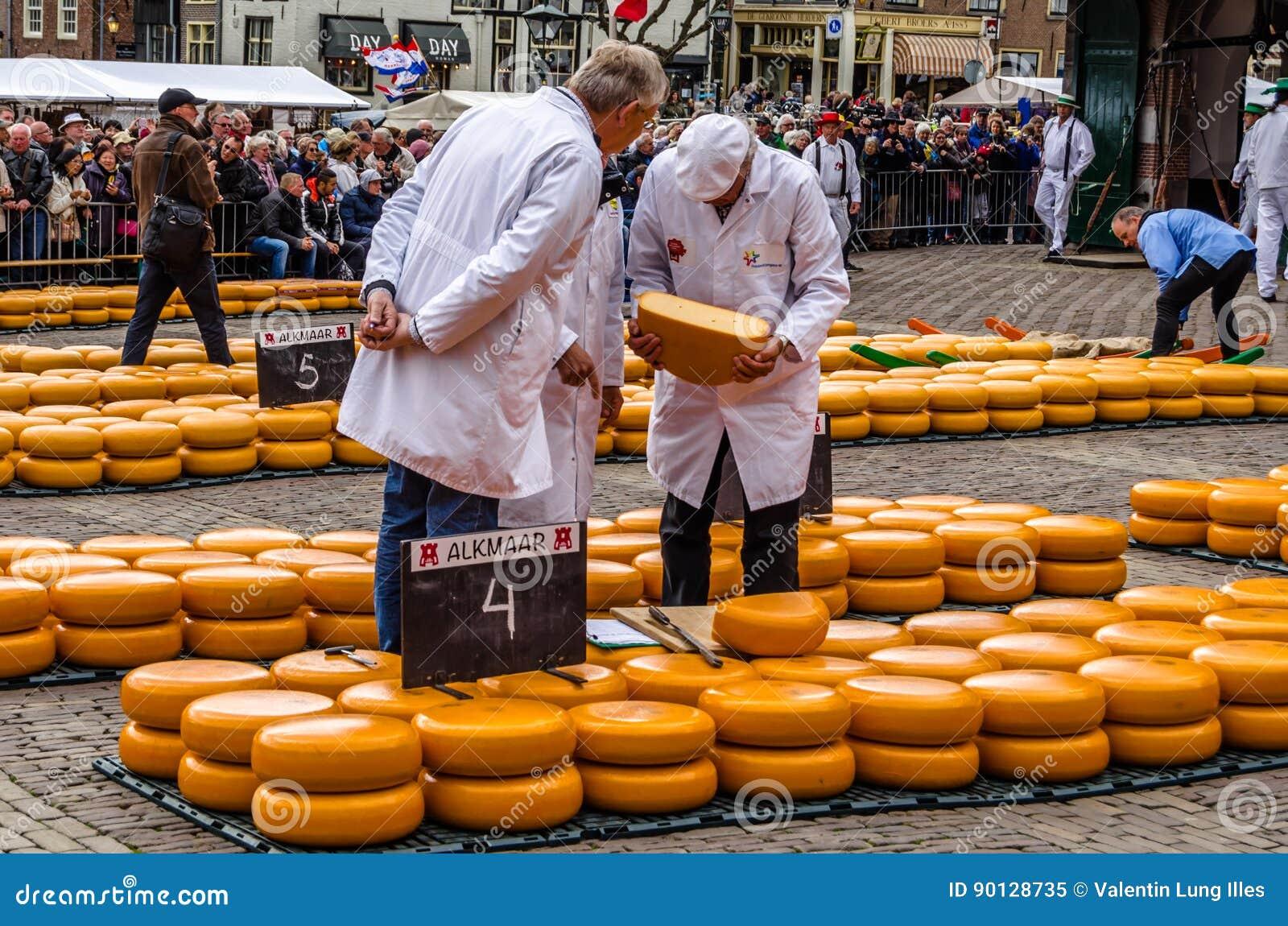 Mercado Tradicional Del Queso De Holanda En Alkmaar Los Países Bajos Imagen Editorial Imagen De Amarillo Alimento 90128735