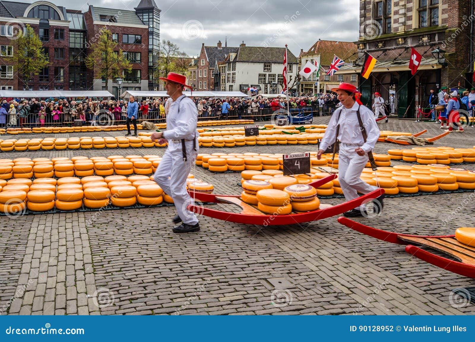Mercado Tradicional Del Queso De Holanda En Alkmaar Los Países Bajos Fotografía Editorial Imagen De Turismo Ciudad 90128952