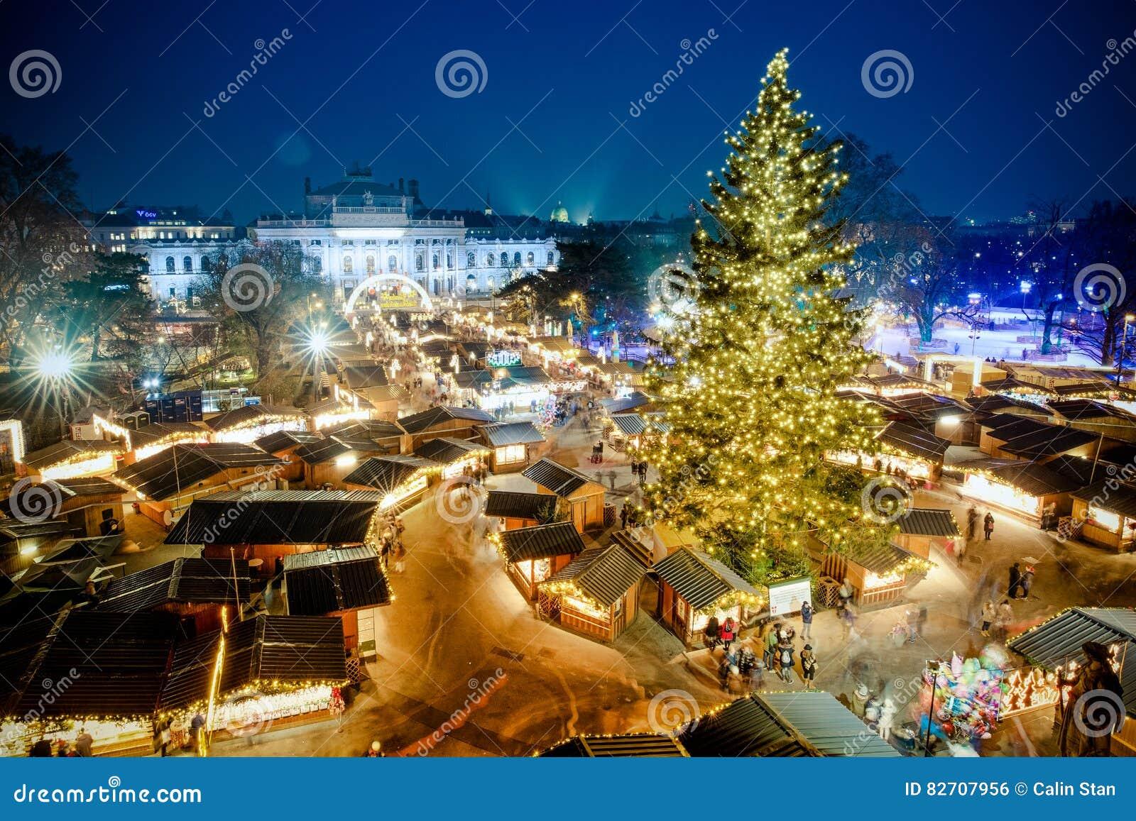 Mercado tradicional 2016 do Natal de Viena, vista aérea no azul ho