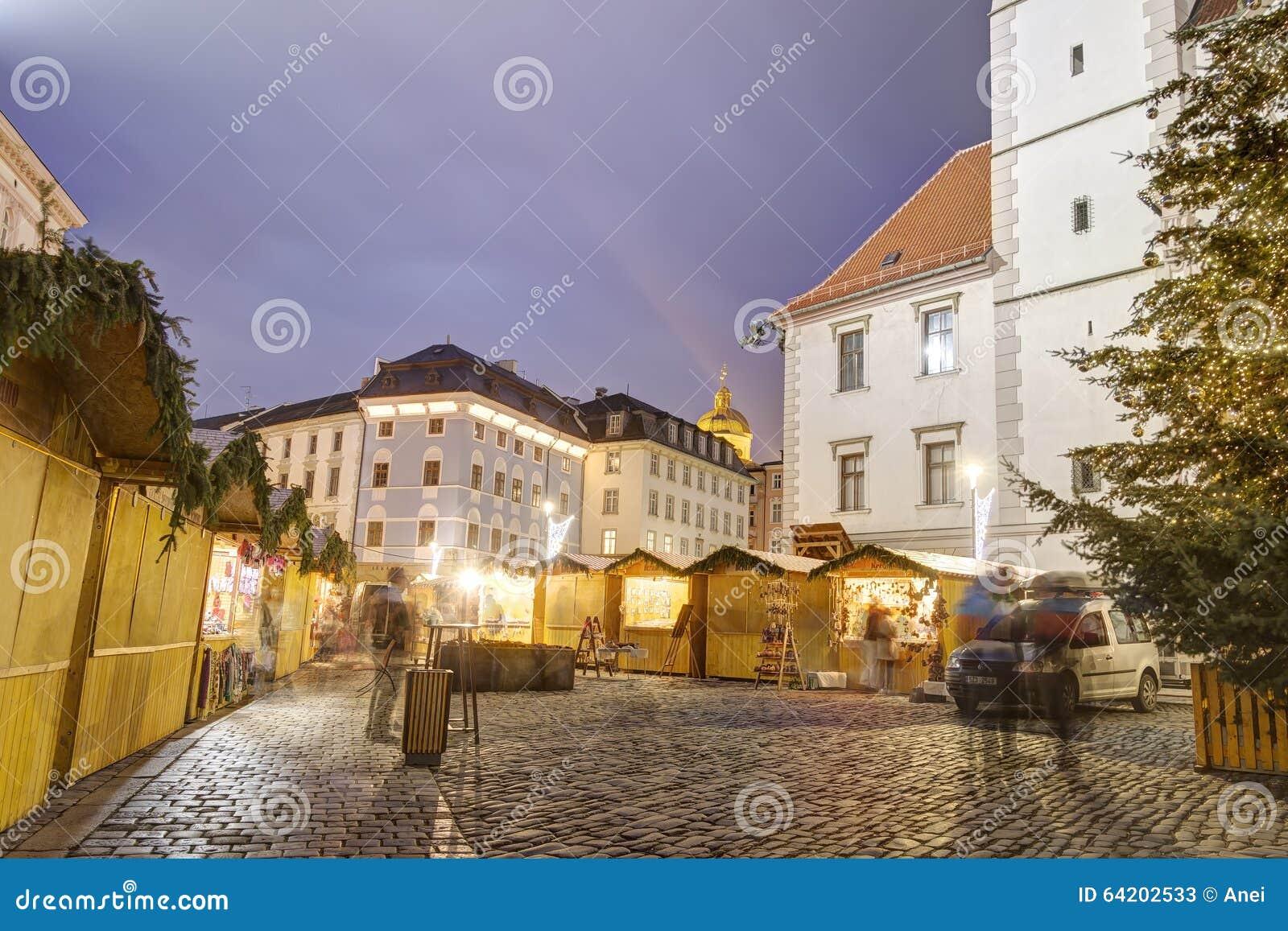 Mercados tradicionales de la Navidad en la ciudad Olomouc en el cuadrado superior (namesti de Horni) en la noche