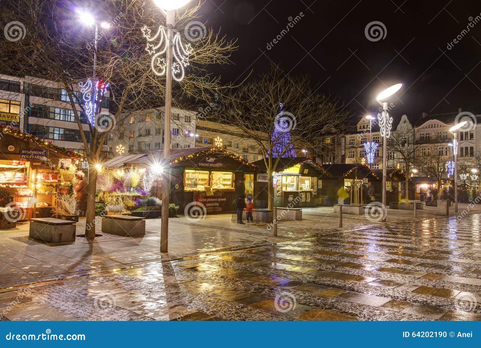 Mercados tradicionales de la Navidad en la ciudad Ostrava en el cuadrado de Masaryk (namesti de Masarykovo) en la noche