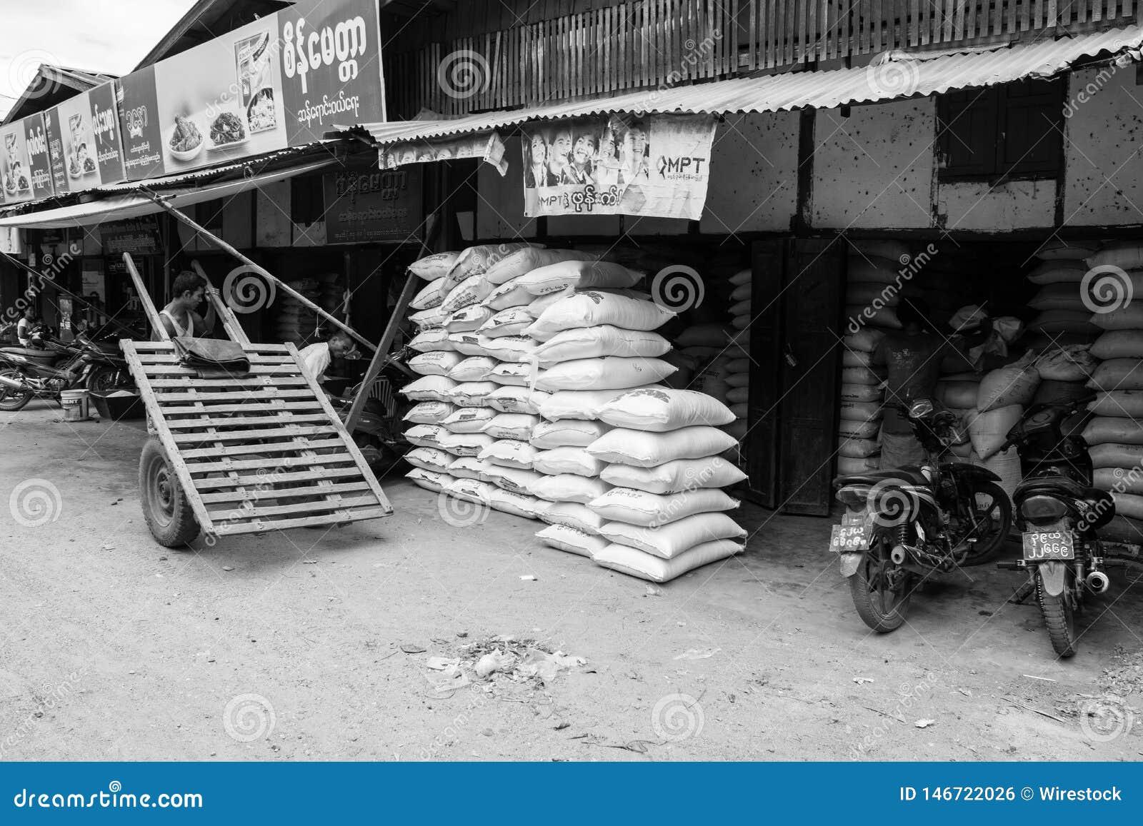 Mercato birmano di Nyaung-U, con le stalle che vendono gli oggetti differenti, vicino a Bagan, il Myanmar